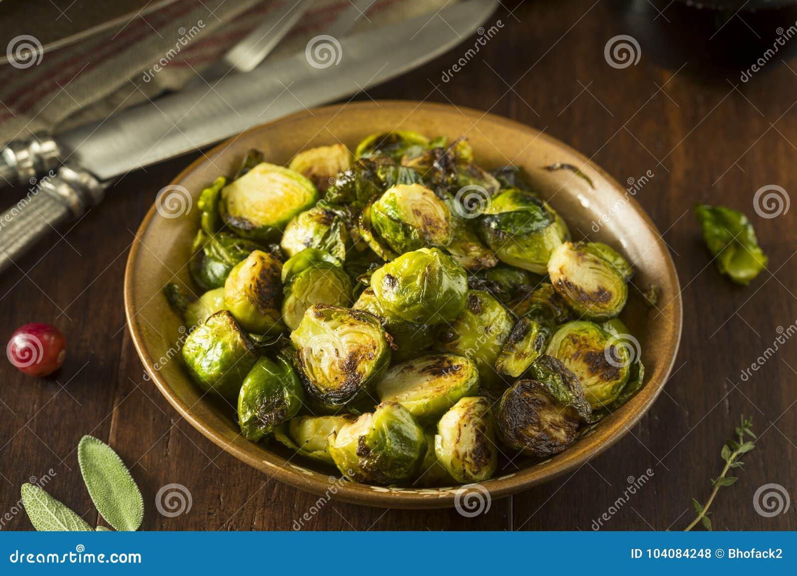 Choux de Bruxelles verts rôtis faits maison