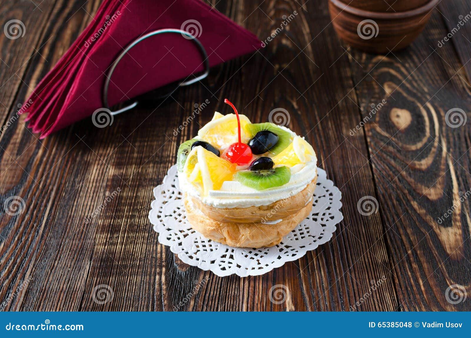 Chouxgebakje met vers fruit op een wit servet