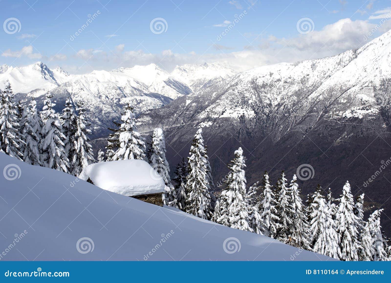 Choza alpestre bajo nieve