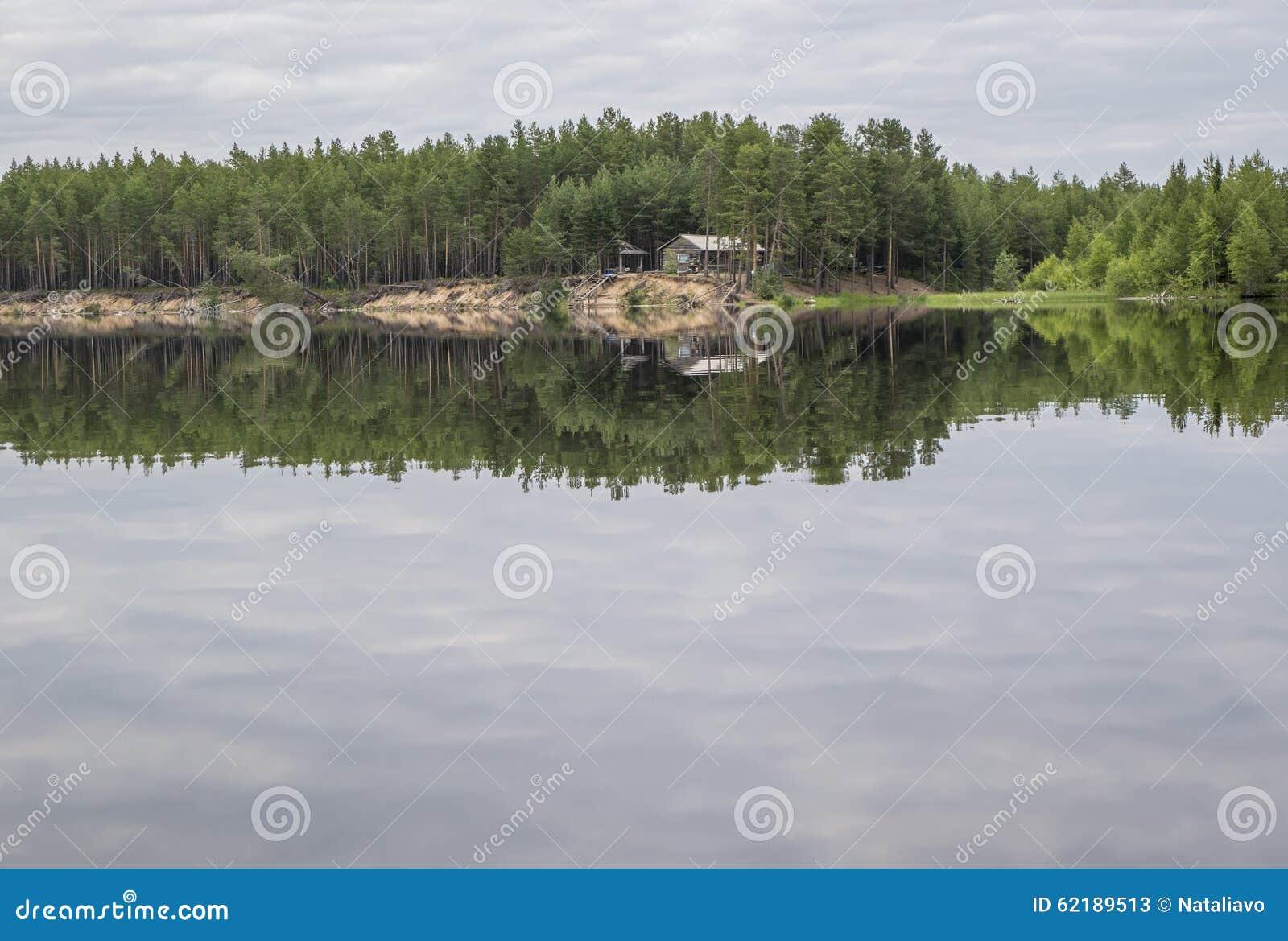 Choza de madera para los cazadores y los pescadores en bosque, en la isla Parque nacional de Paanajärvi, Karelia