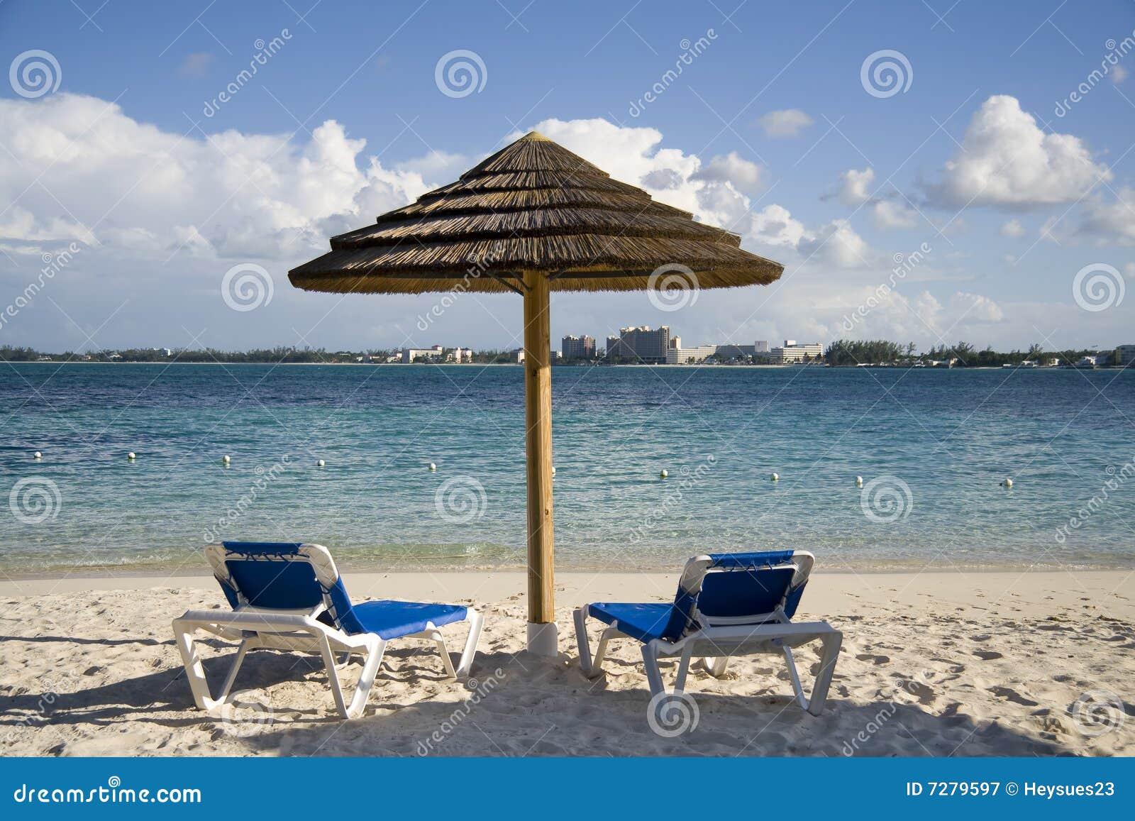 Choza y sillas de la playa en la isla tropical