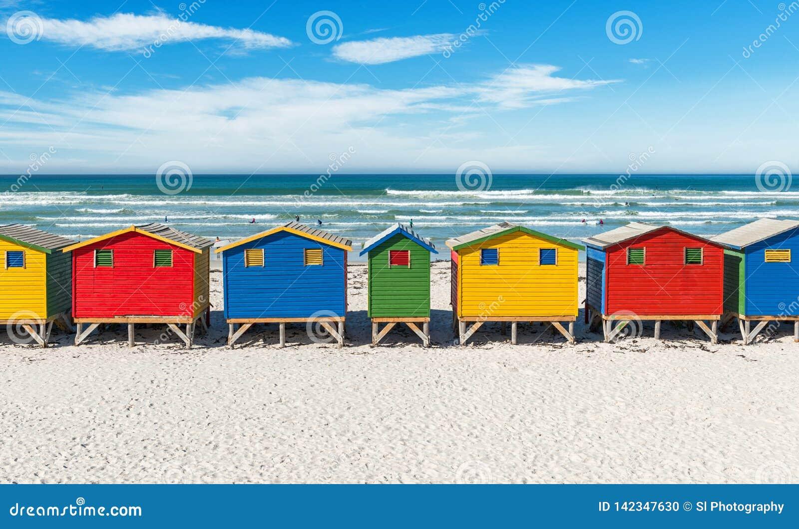 Chozas de la playa de Muizenberg cerca de Cape Town, Suráfrica