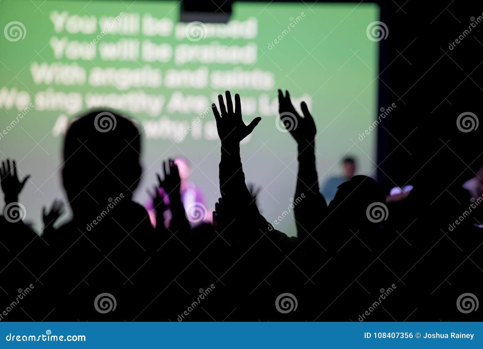 Chrétiens adorant à l église