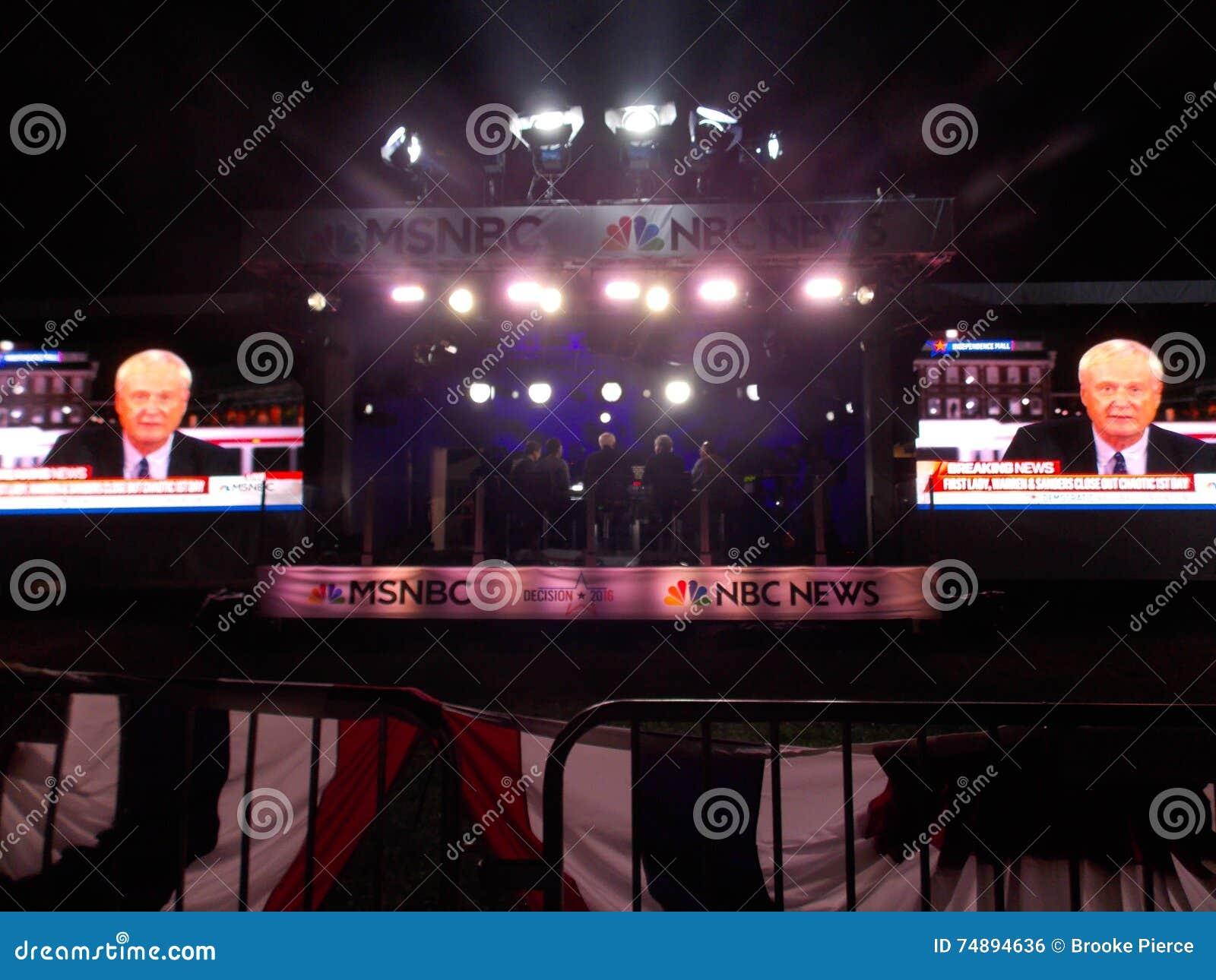 Chris Matthews Films Live i utomhus- poppar upp MSNBC-nyheternastudion