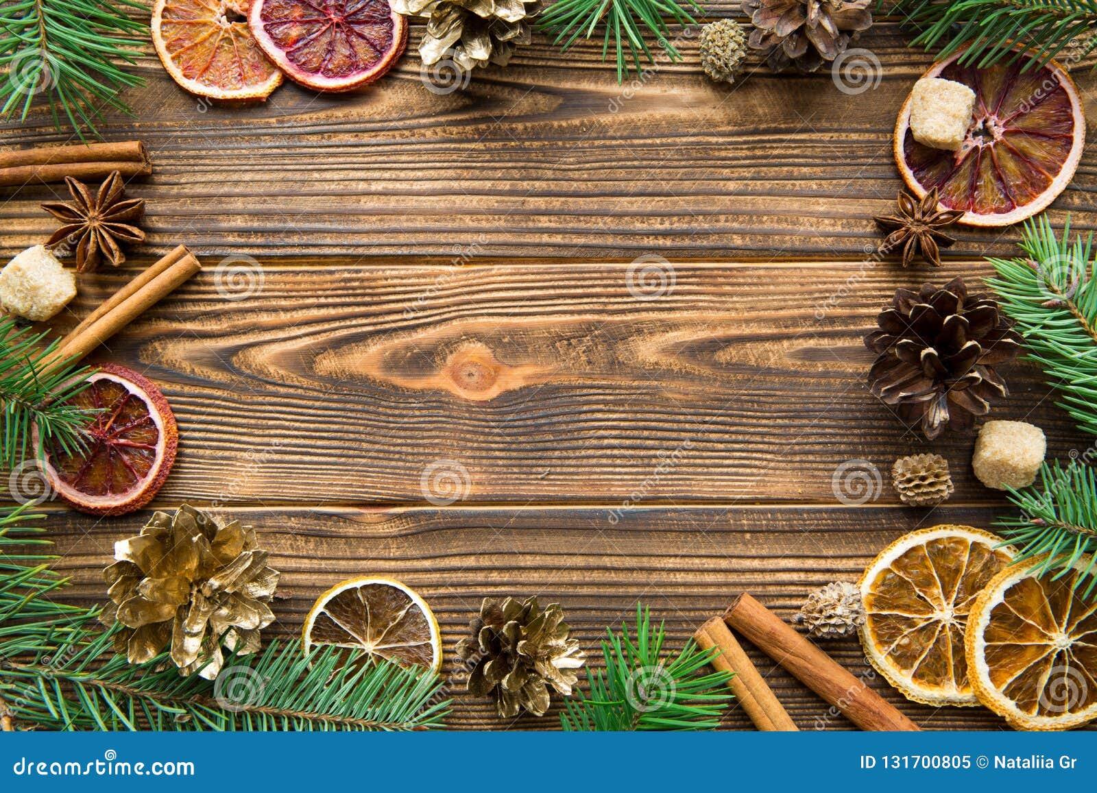 Chrismas brązu wakacyjny tło Wysuszone sicilian pomarańcze z cynamonowymi kijów, anyżowych i złotych rożkami, kosmos kopii