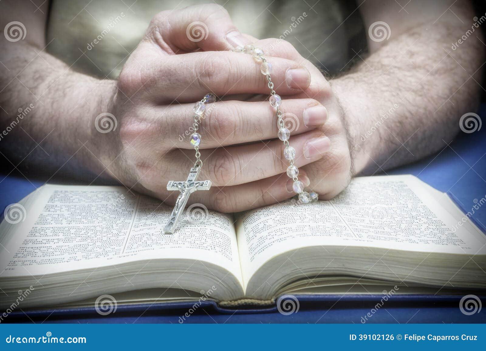 Christelijk gelovige die aan God met rozentuin bidden