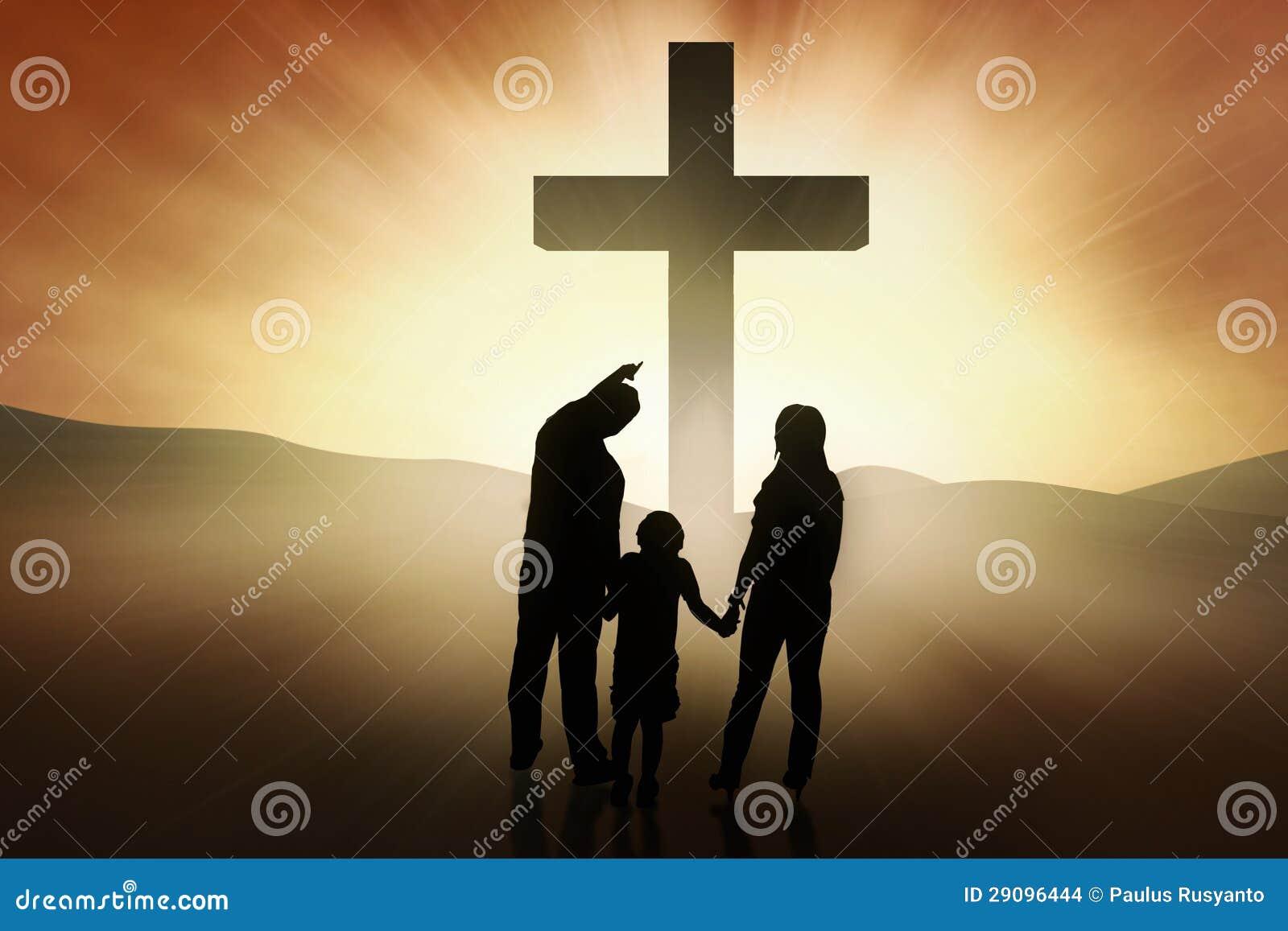 Christelijke Familie Die Zich Bij Het Kruis Bevinden Stock