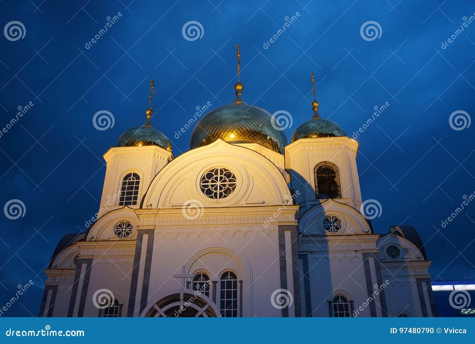 Christian Church contro il cielo di sera
