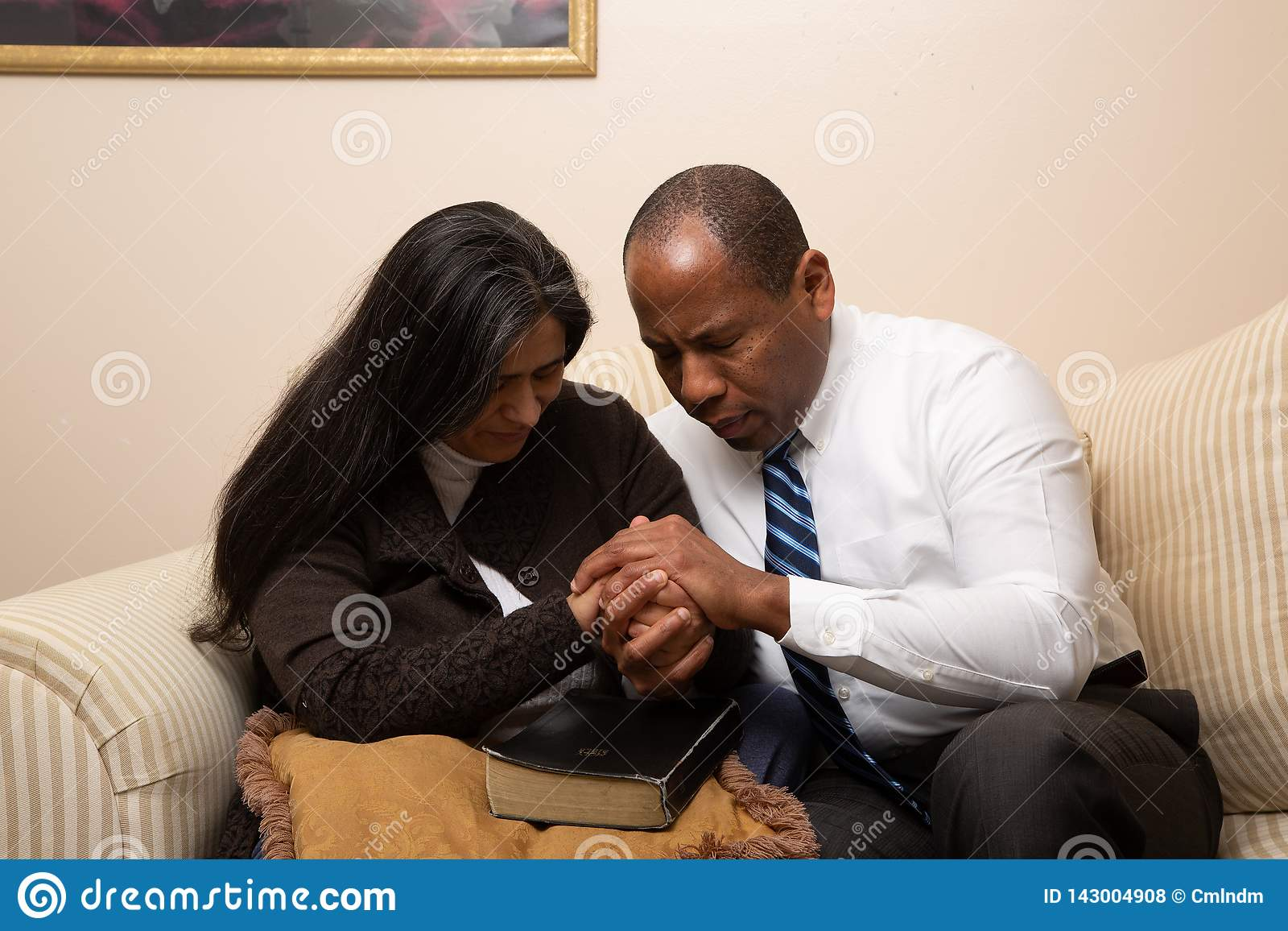 Christian Couple Praying Together competido con mezclado