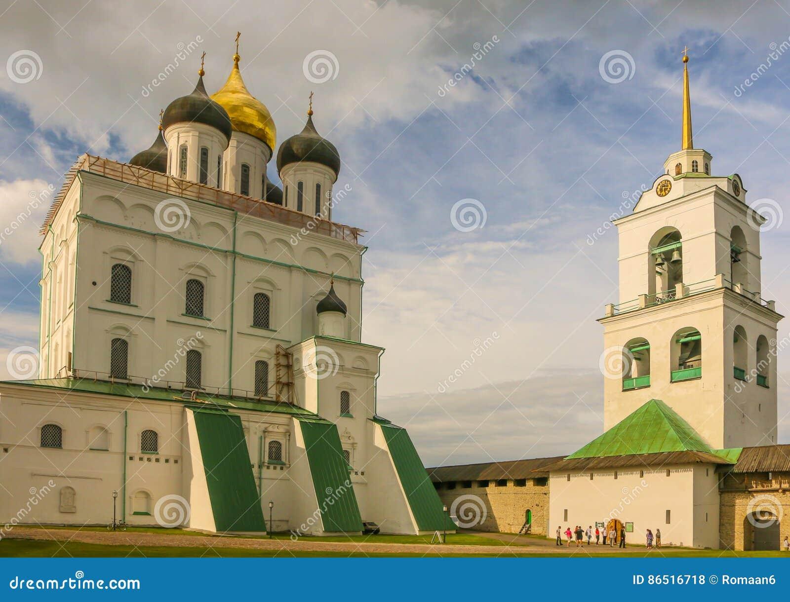 Christian Orthodox Holy Trinity Cathedral y campanario en julio de 2016 Pskov Rusia