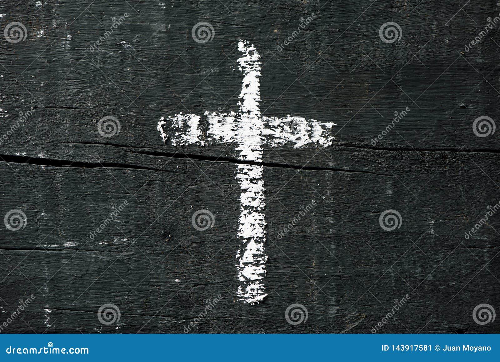 Christliches Kreuz auf einer dunkelgrauen Holzoberfläche