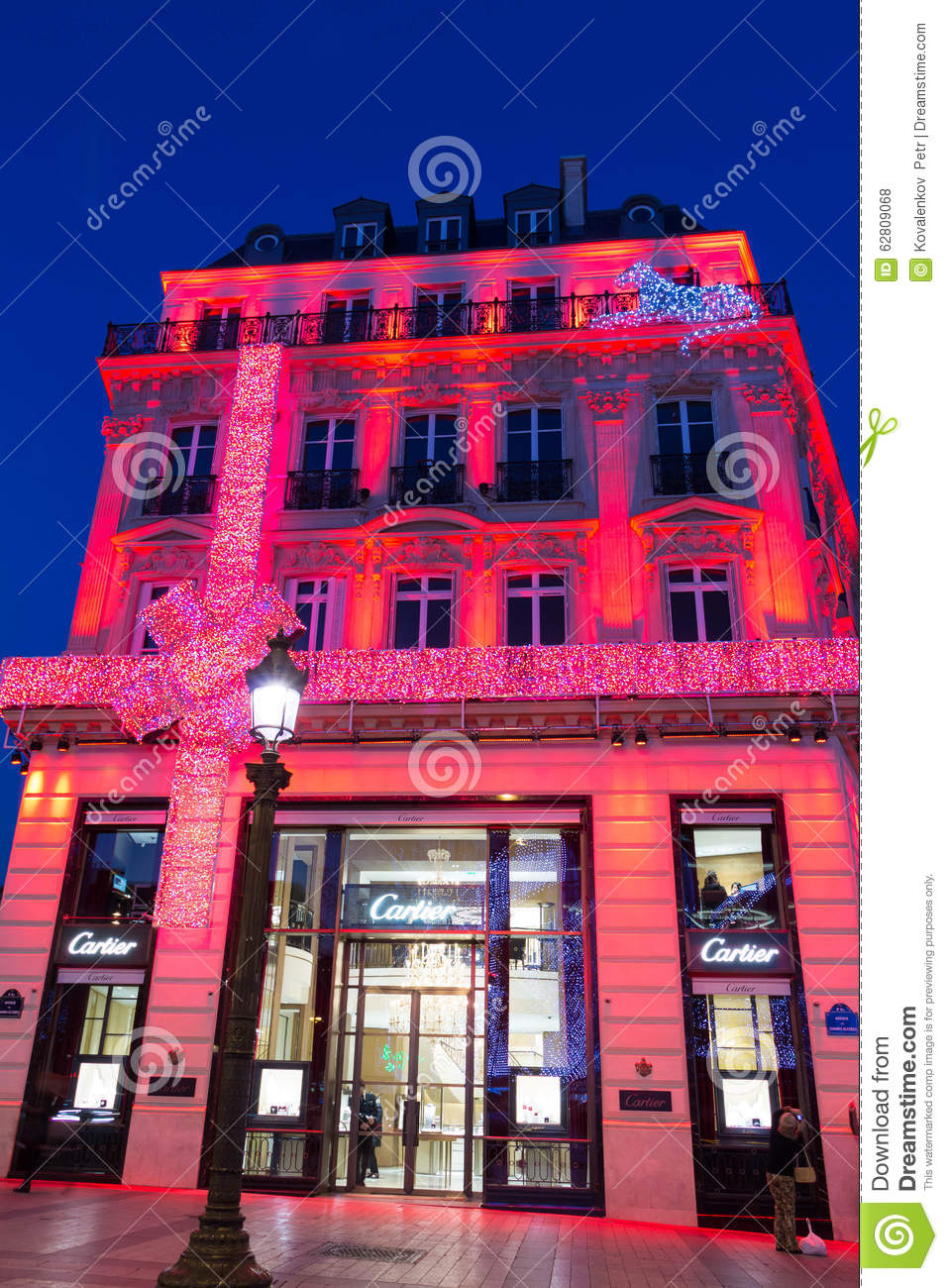 The christmas decoration on jewellery boutique cartier for Boutique decoration paris