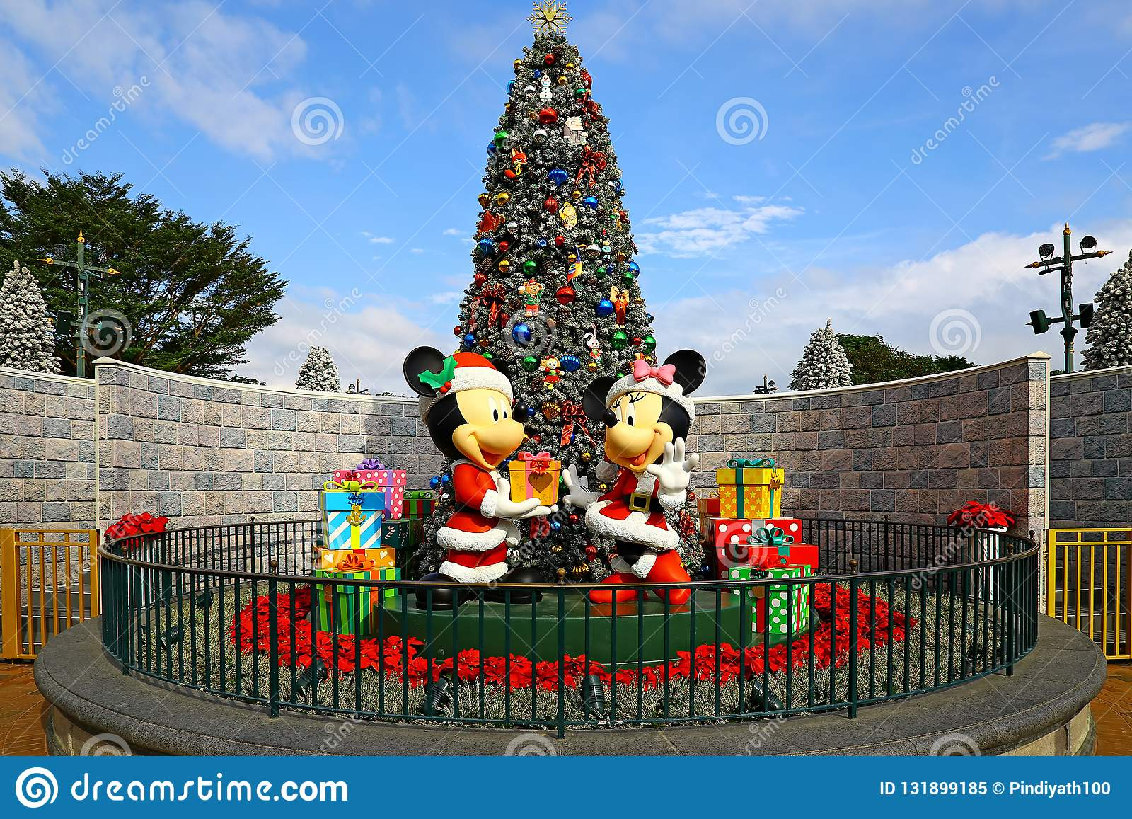 Christmas In Disneyland Hong Kong.Christmas In Disneyland Hong Kong With Mickey And Minnie