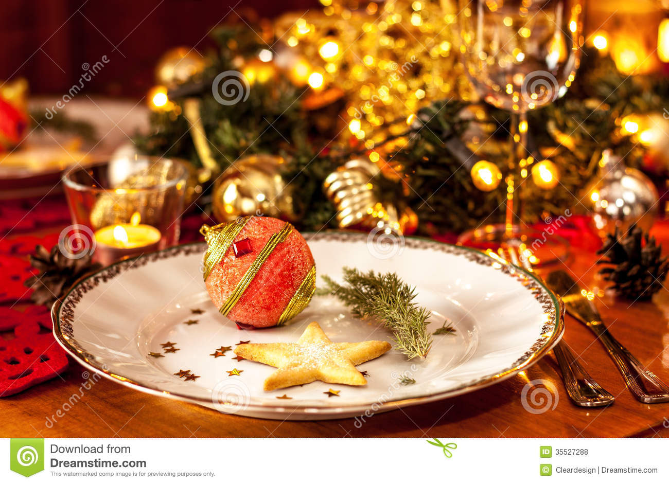 Christmas eve dinner party table setting with decorations for Christmas dinner table setting ideas
