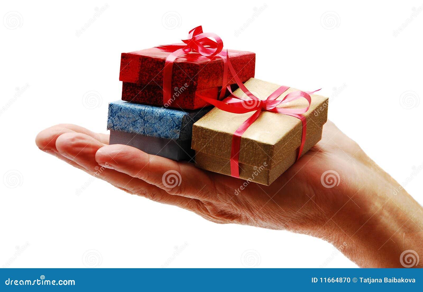 Как шуточно поздравить с днем рождения и подарить подарок