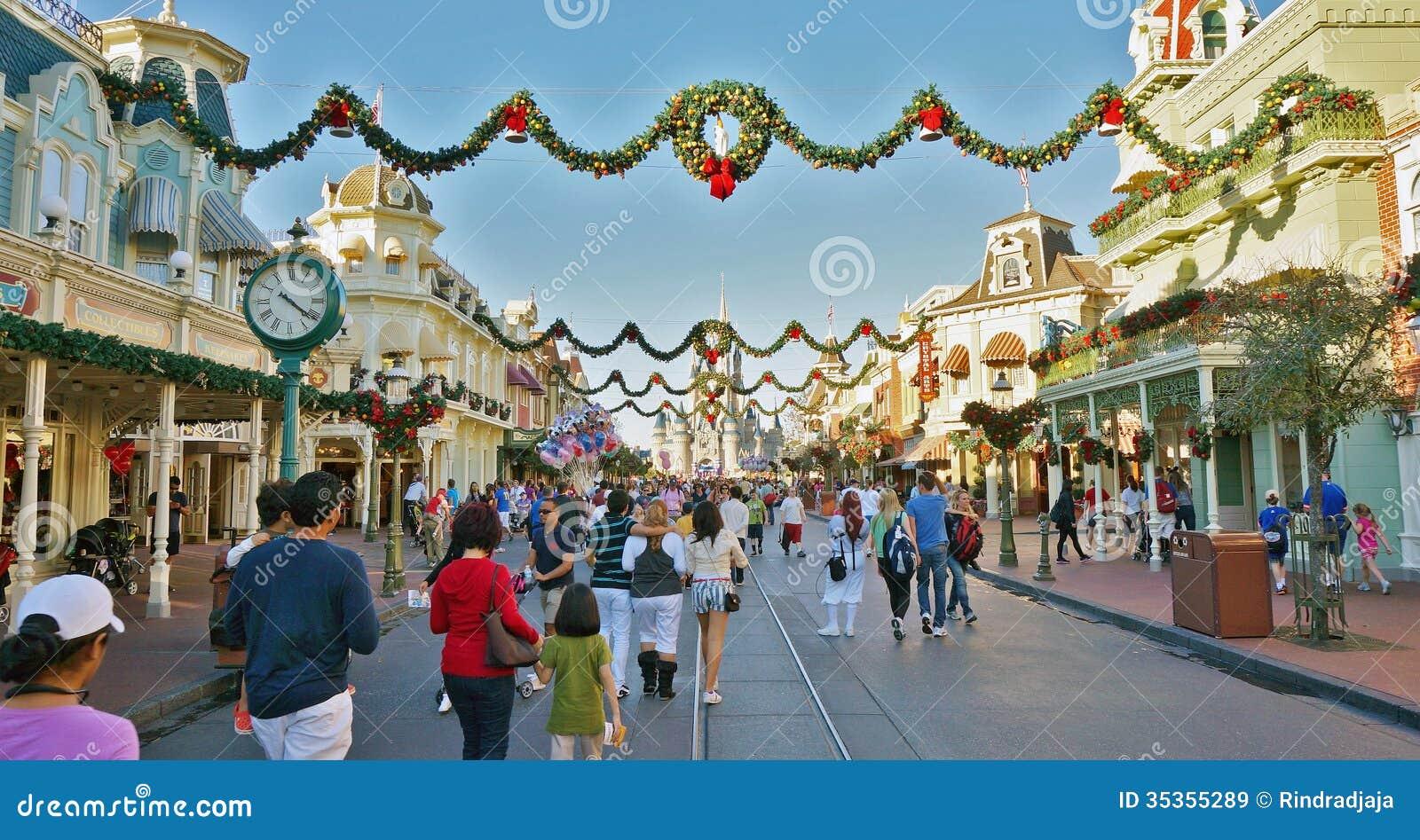 Image De Noel Walt Disney.Christmas Holiday Crowd At Magic Kingdom Walt Disney World