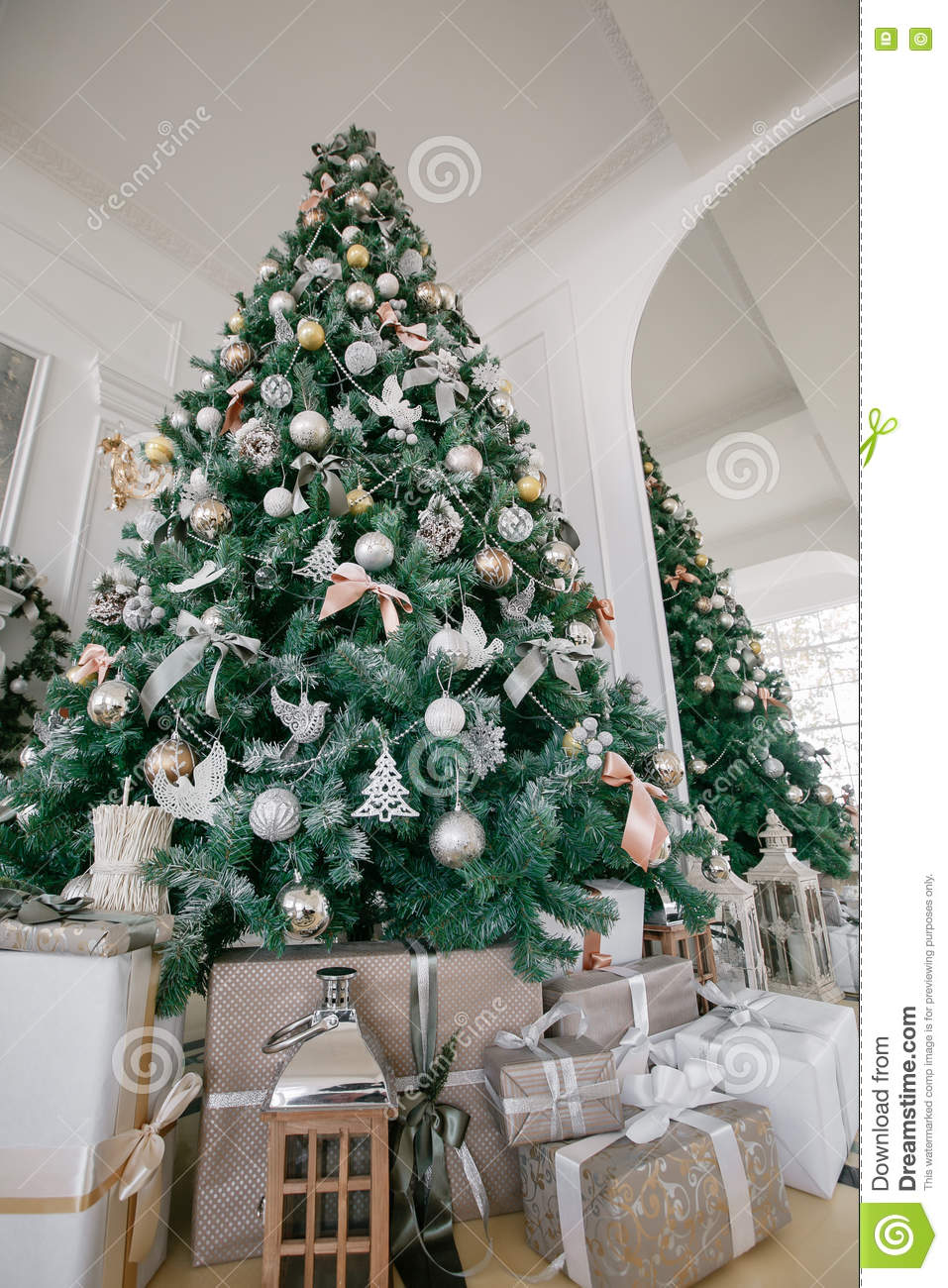 Luxury Christmas Home Decor: Christmas Morning. Classic Luxury Apartments With A White