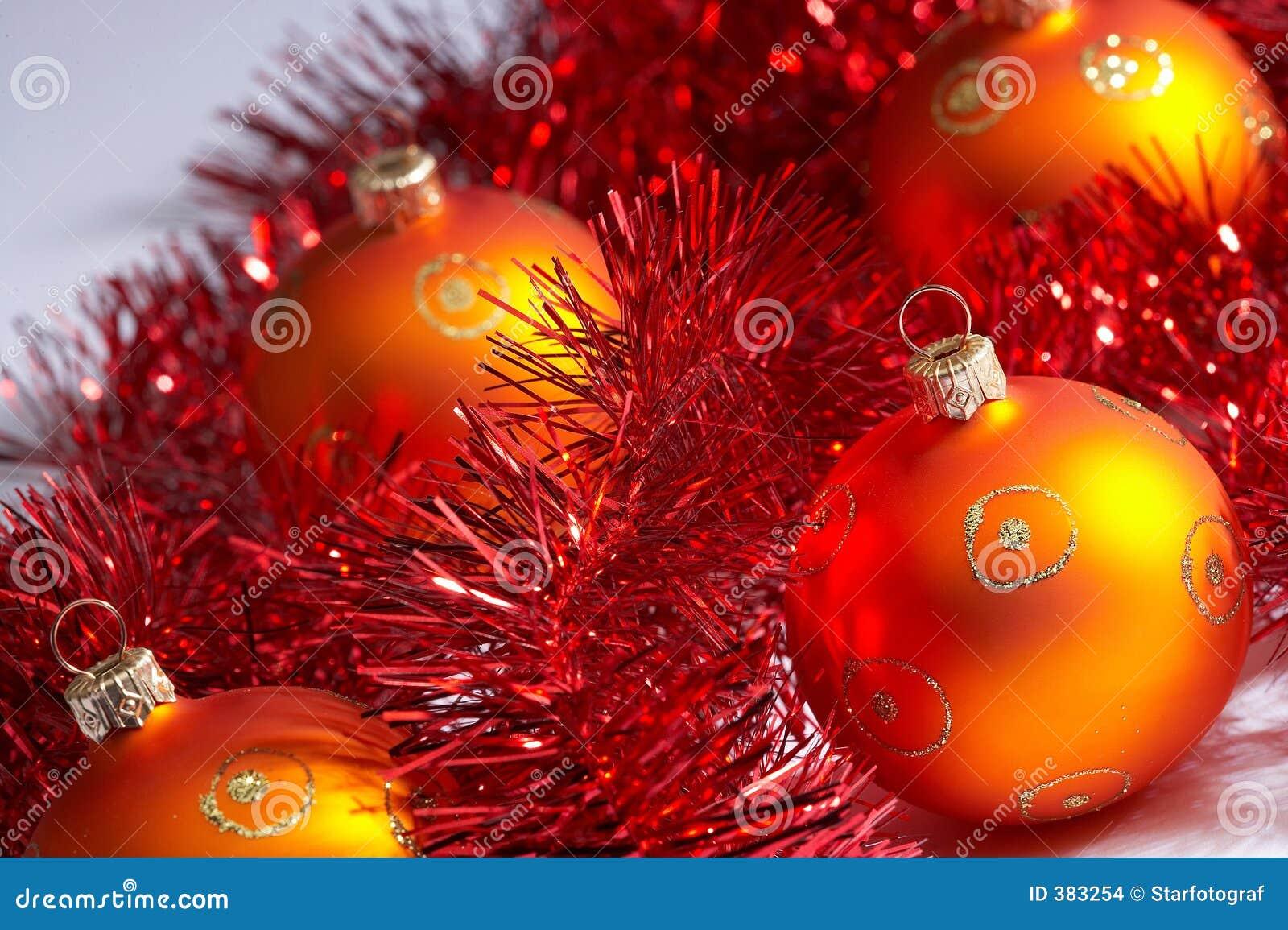 Christmas tree balls with tinsel weihnachstkugeln mit