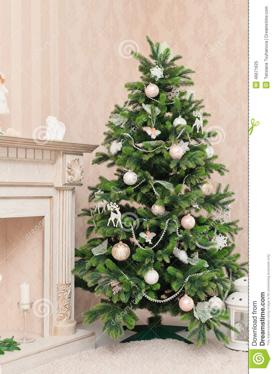 Ornamental christmas trees - Christmas Tree With White Ornaments In Vintage Interior