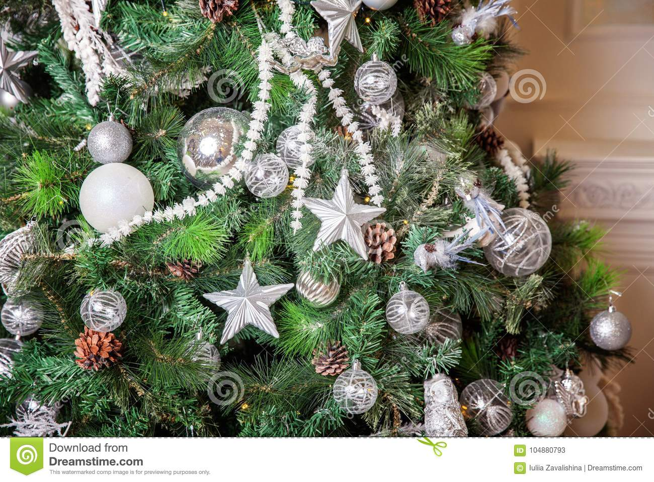 christmas tree with white and silver decorations - How To Decorate A White And Silver Christmas Tree
