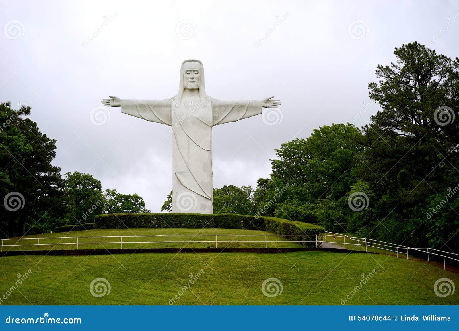 Christus van het Ozarks-standbeeld op heuvel