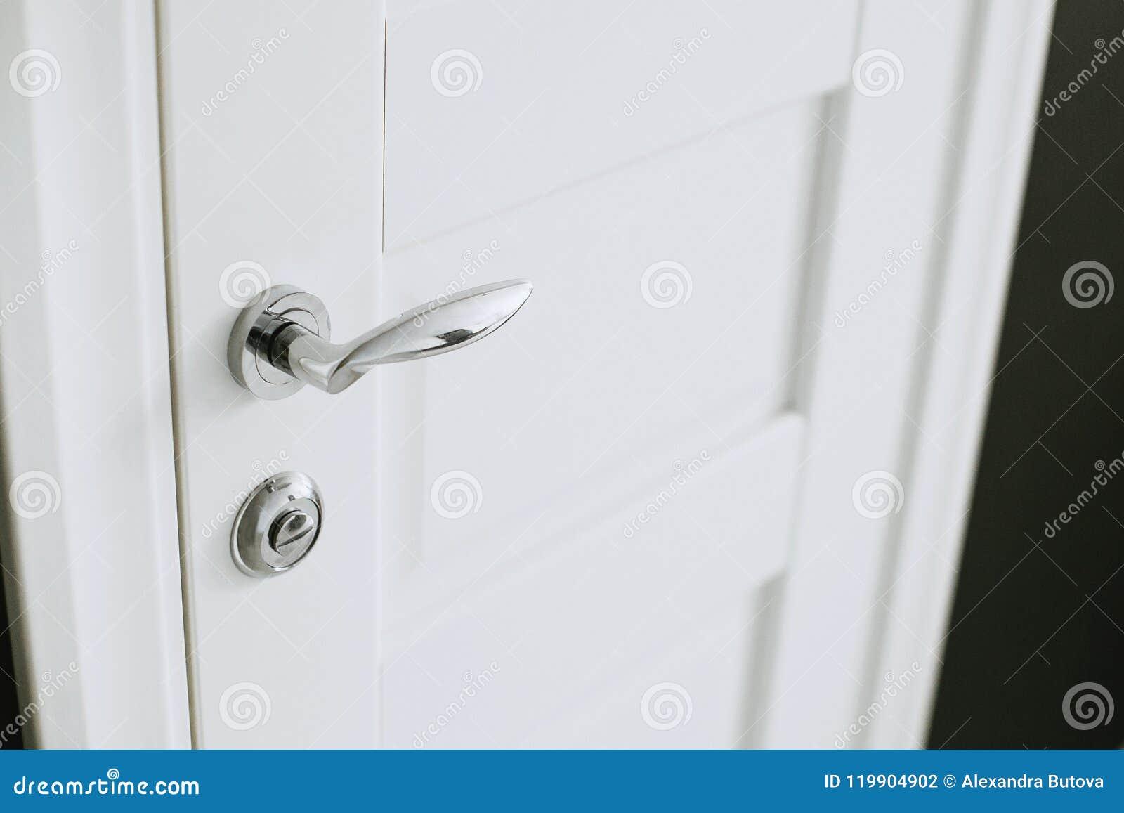 Chrom matrycująca metal rękojeść na białym drzwi