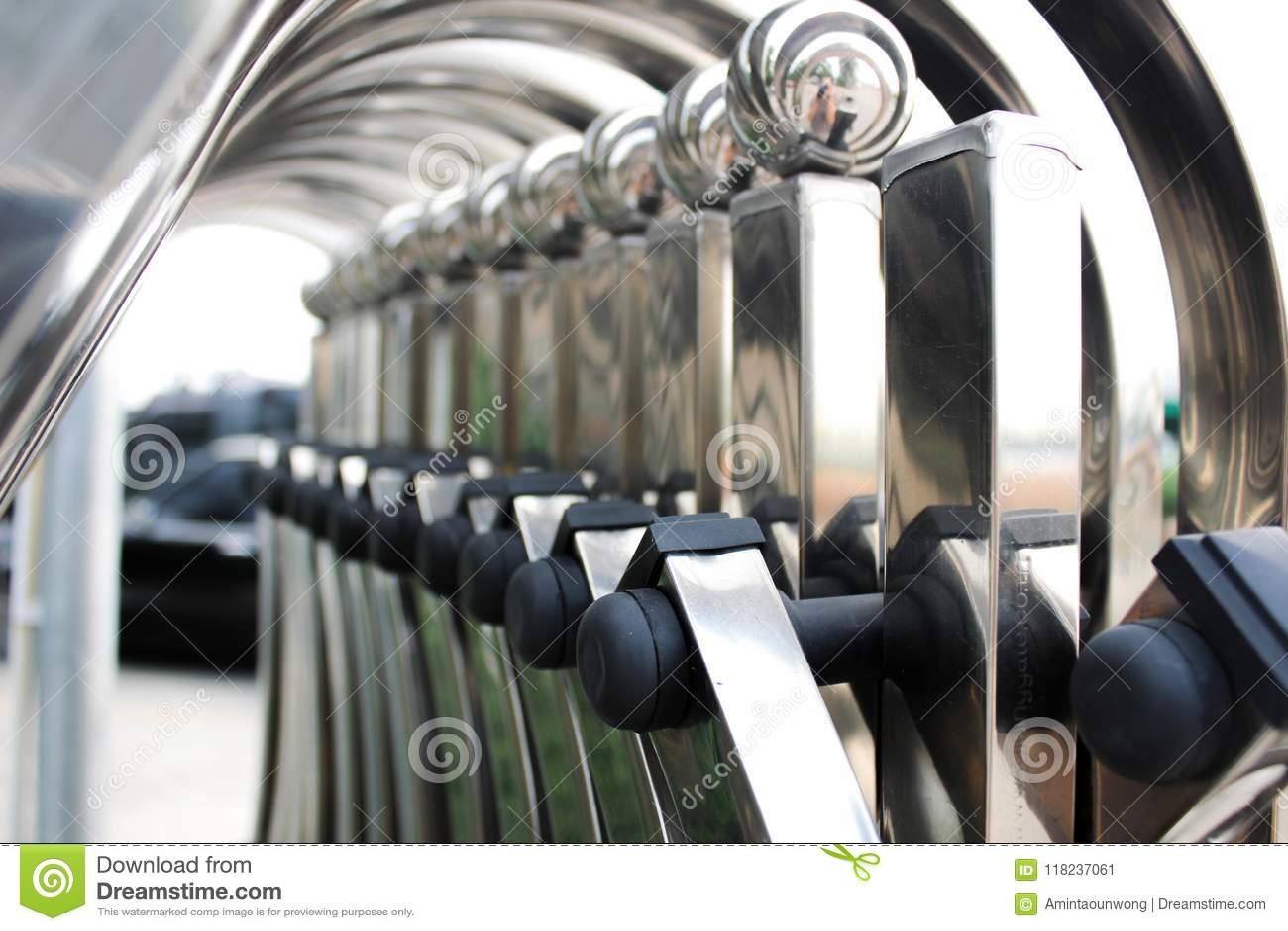 Chrom polerujący metalu falcowania ogrodzenia wejście 3d pojęcie odizolowywający odpłaca się zbawczego biel