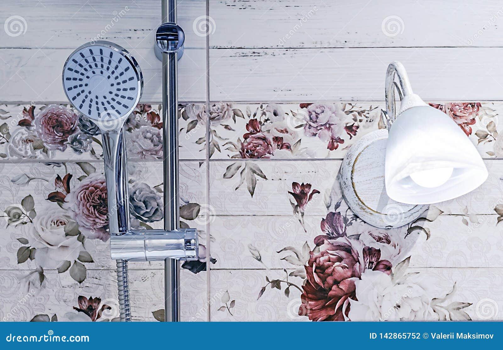 Chrome-douchehoofd in het badkamersbinnenland