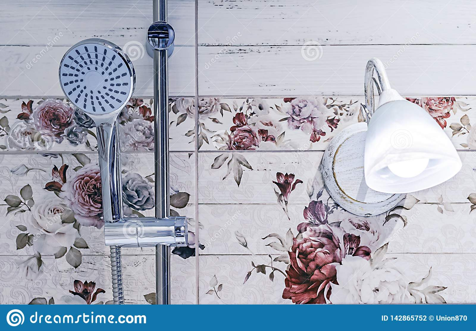 Chrome-Duschkopf im Badezimmerinnenraum