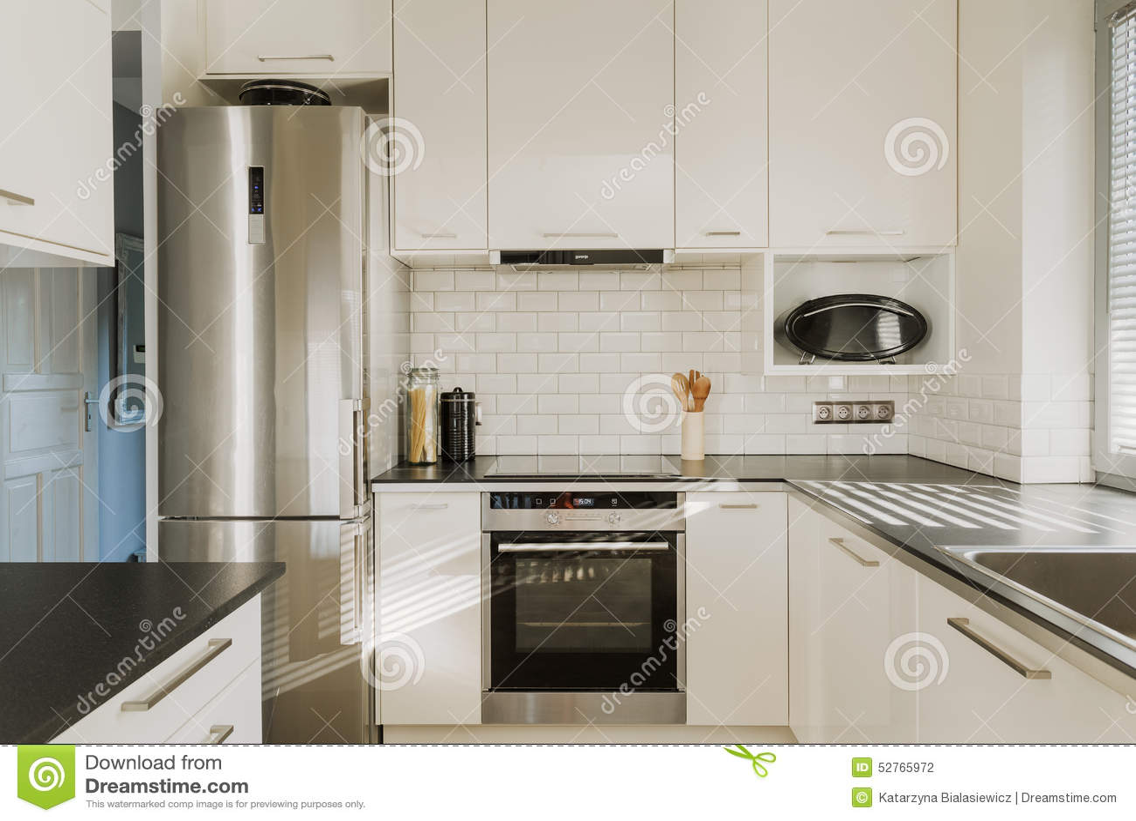 Chrome koelkast in witte keuken stock foto   afbeelding: 52765972