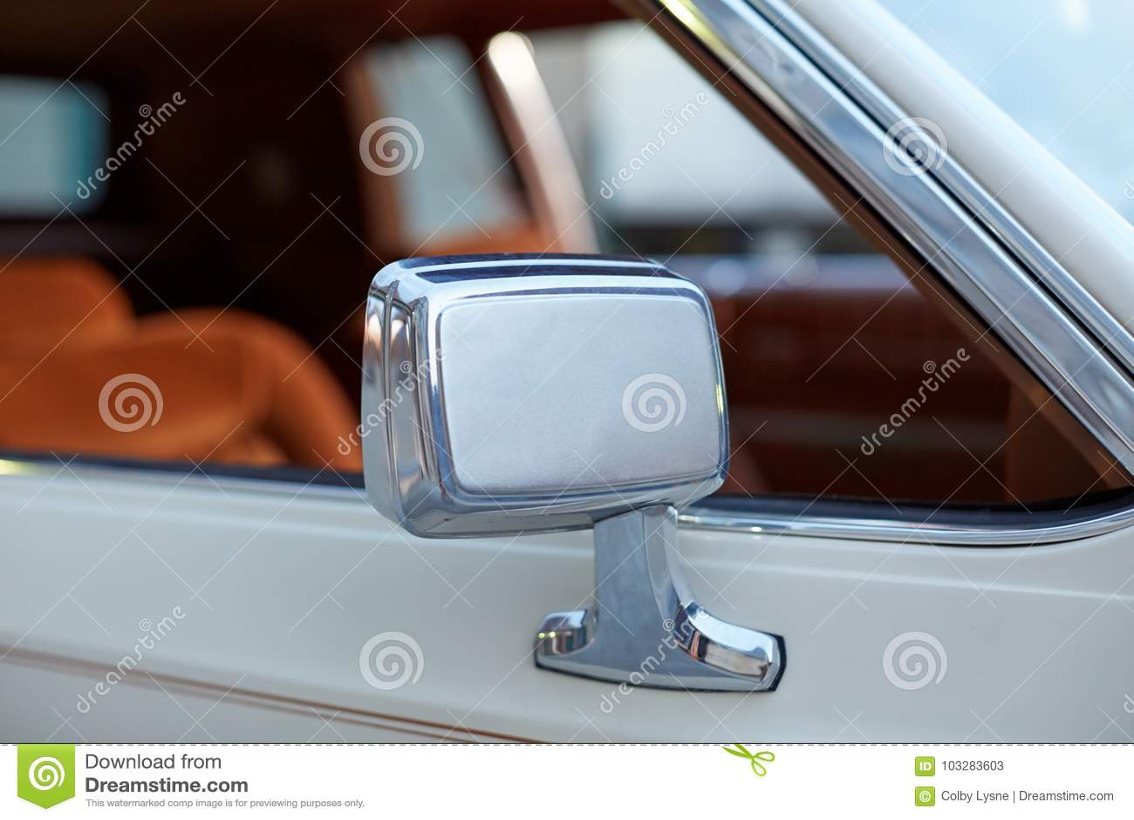 Chromuje skrzydłowego lustro na klasycznym rocznika samochodzie