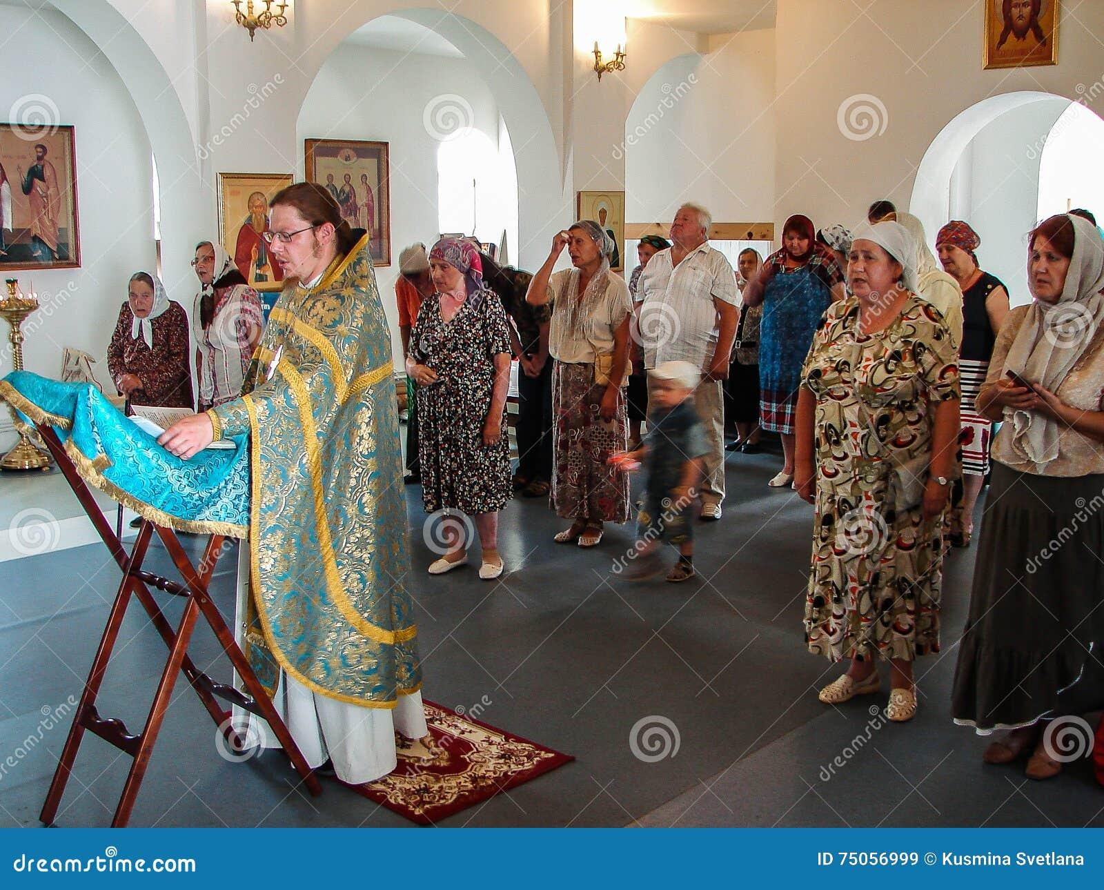 Chrześcijański cześć w dzień czczenia Świątobliwa Ortodoksalna ikona Kaluga matka bóg w Iznoskovsky okręgu, Kaluga