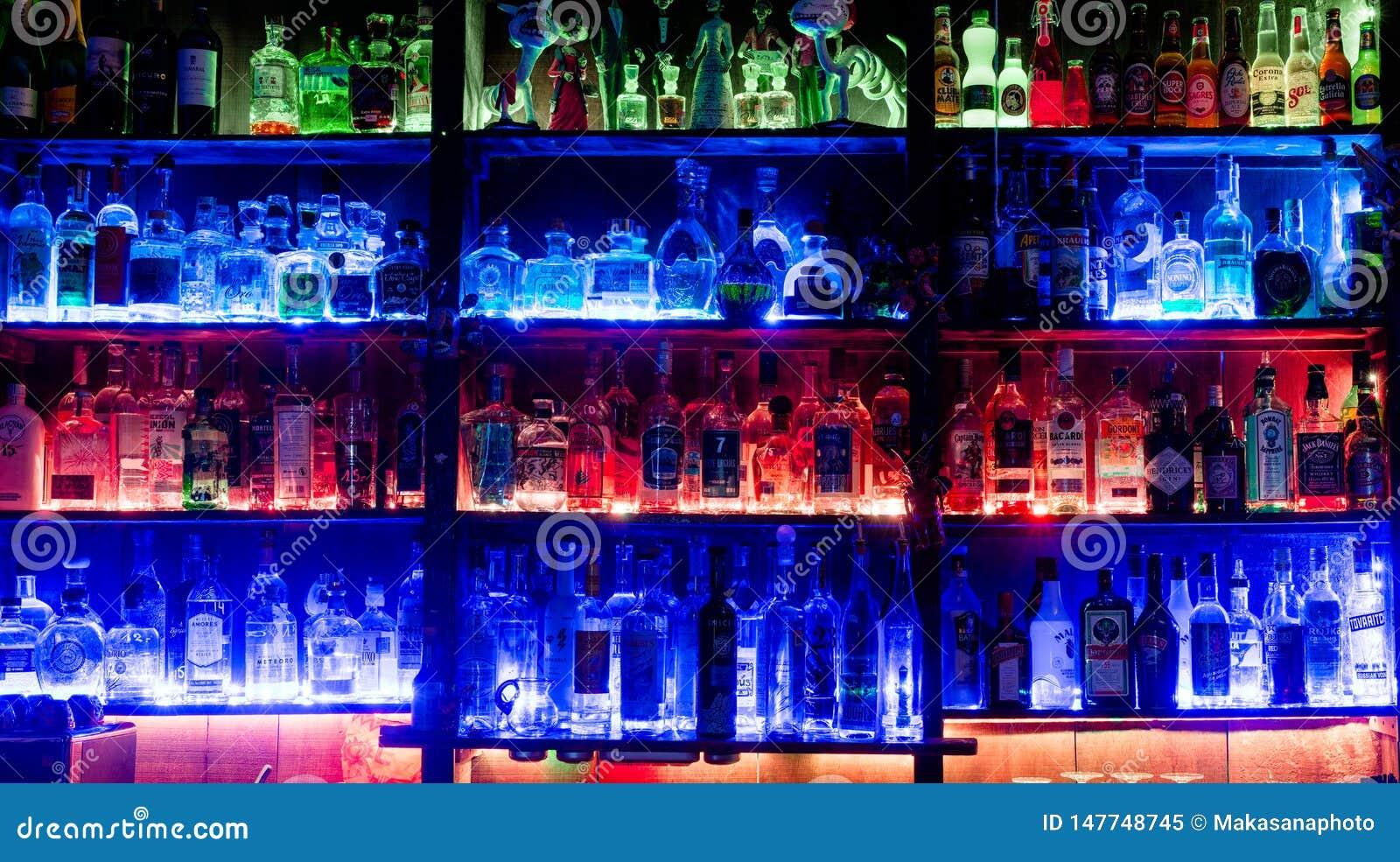 Chur, gr./Zwitserland - 14 Mei 2019: mening van beroemde en iconische Cuadro 22 bar in Chur met kleurrijke backlit planken met ve