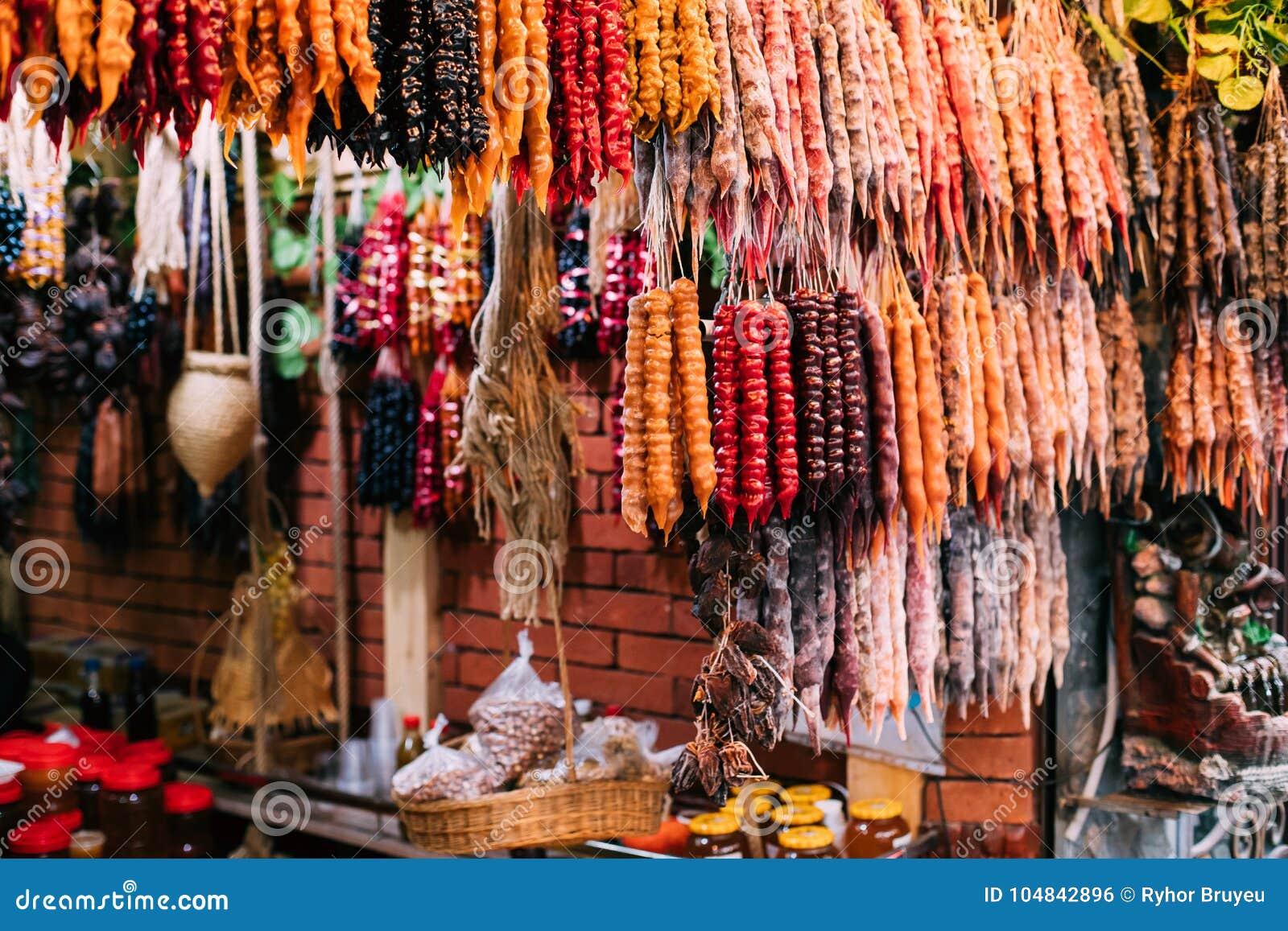 Churchkhela variopinto è Candy a forma di salsiccia georgiano tradizionale
