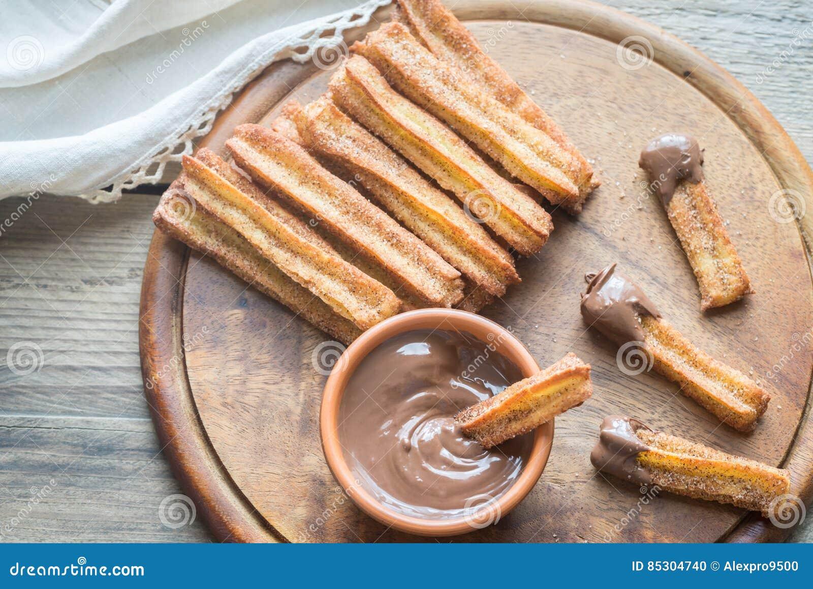 Churros - berühmter spanischer Nachtisch mit Schokoladensoße