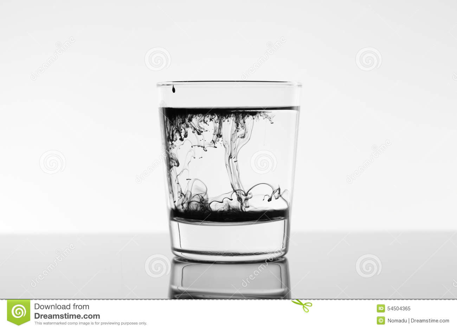 Chute à l encre noire dans l eau