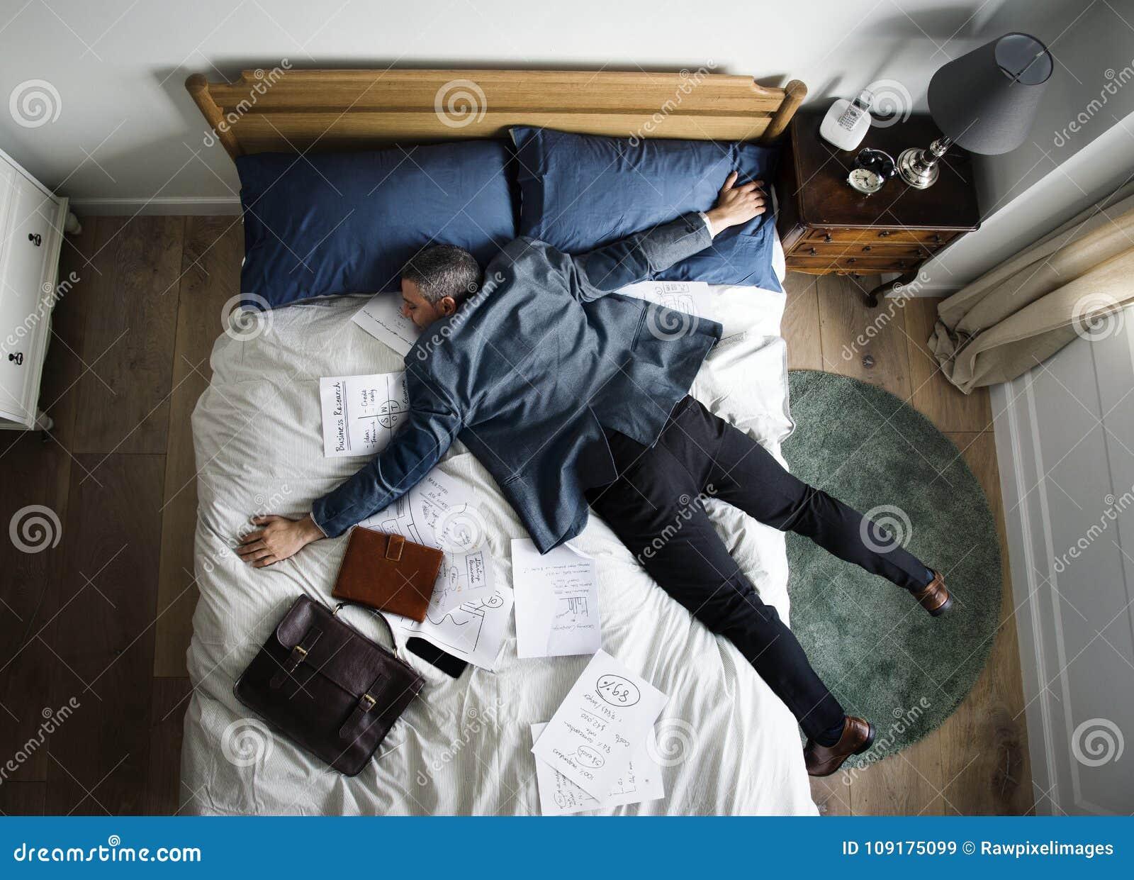 Chute épuisée d homme d affaires endormie dès qu il est revenu à la maison