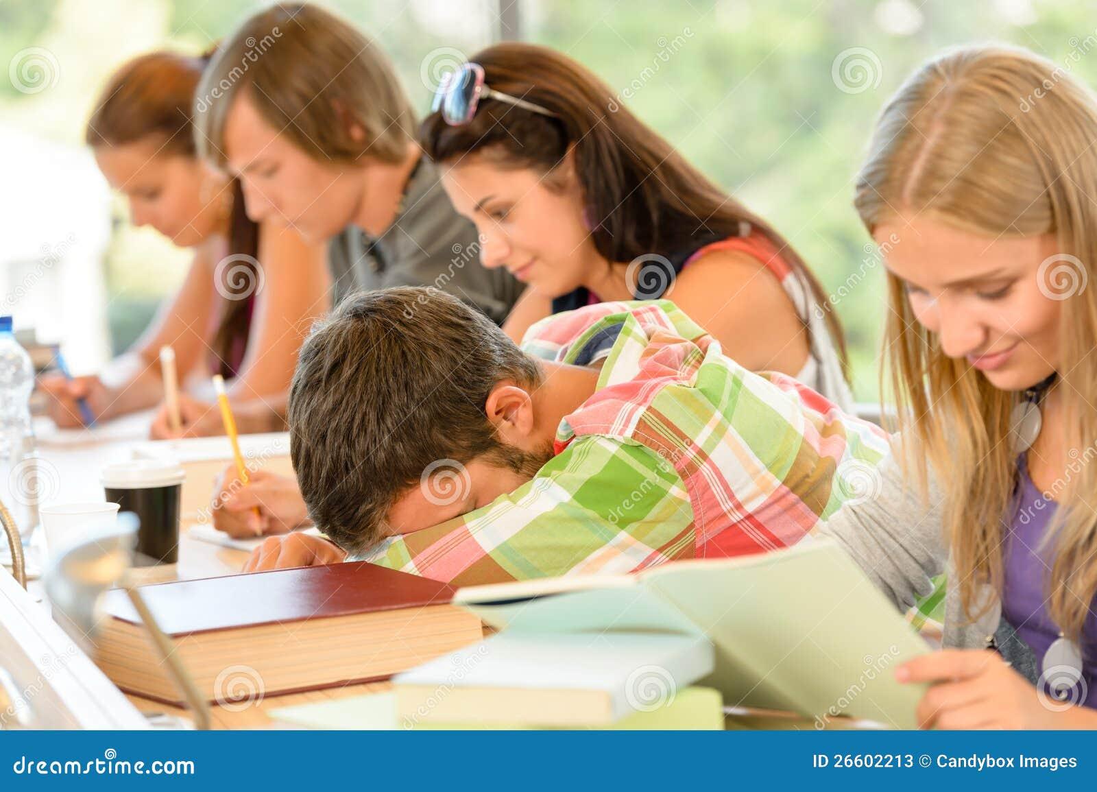 Chute d étudiant de lycée en sommeil dans des années de l adolescence de classe