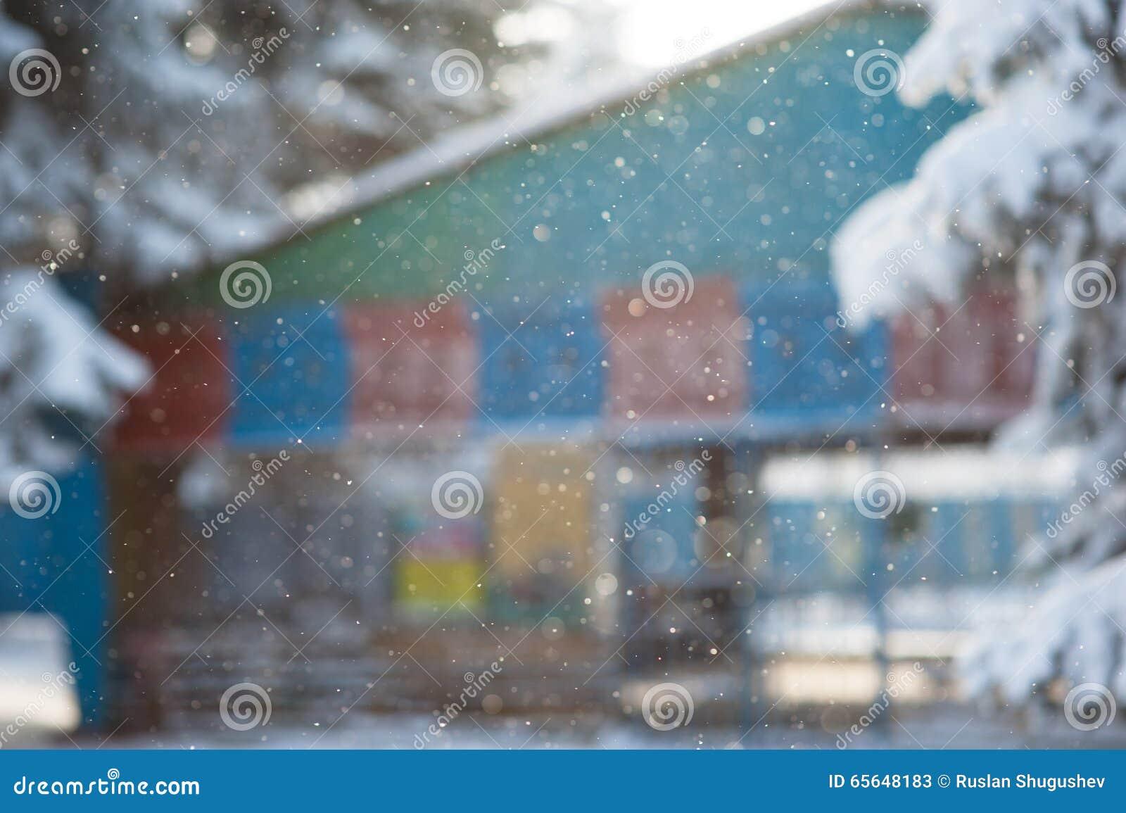 Chutes de neige d hiver un fond indistinct la tache floue de bâtiment
