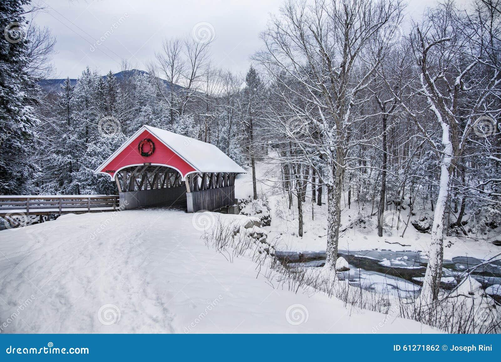 Chutes de neige de pont couvert dans New Hampshire rural