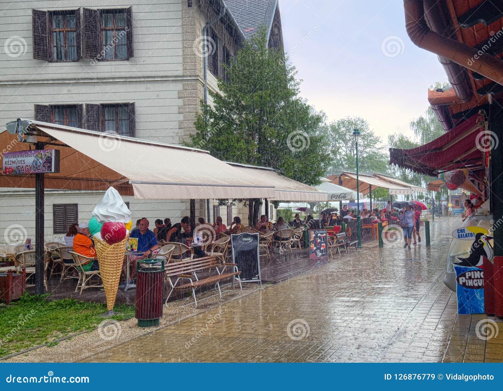 Chuva do verão na cidade de Keszthely, Hungria