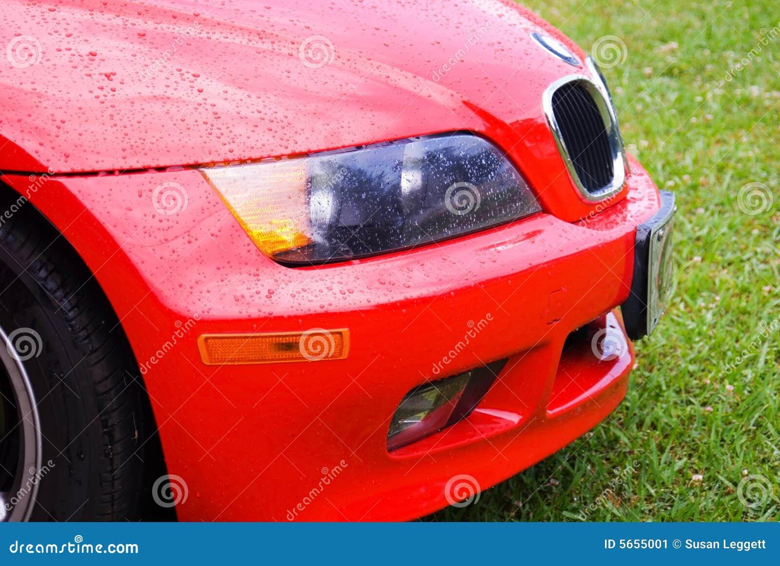 Chuva em um carro vermelho