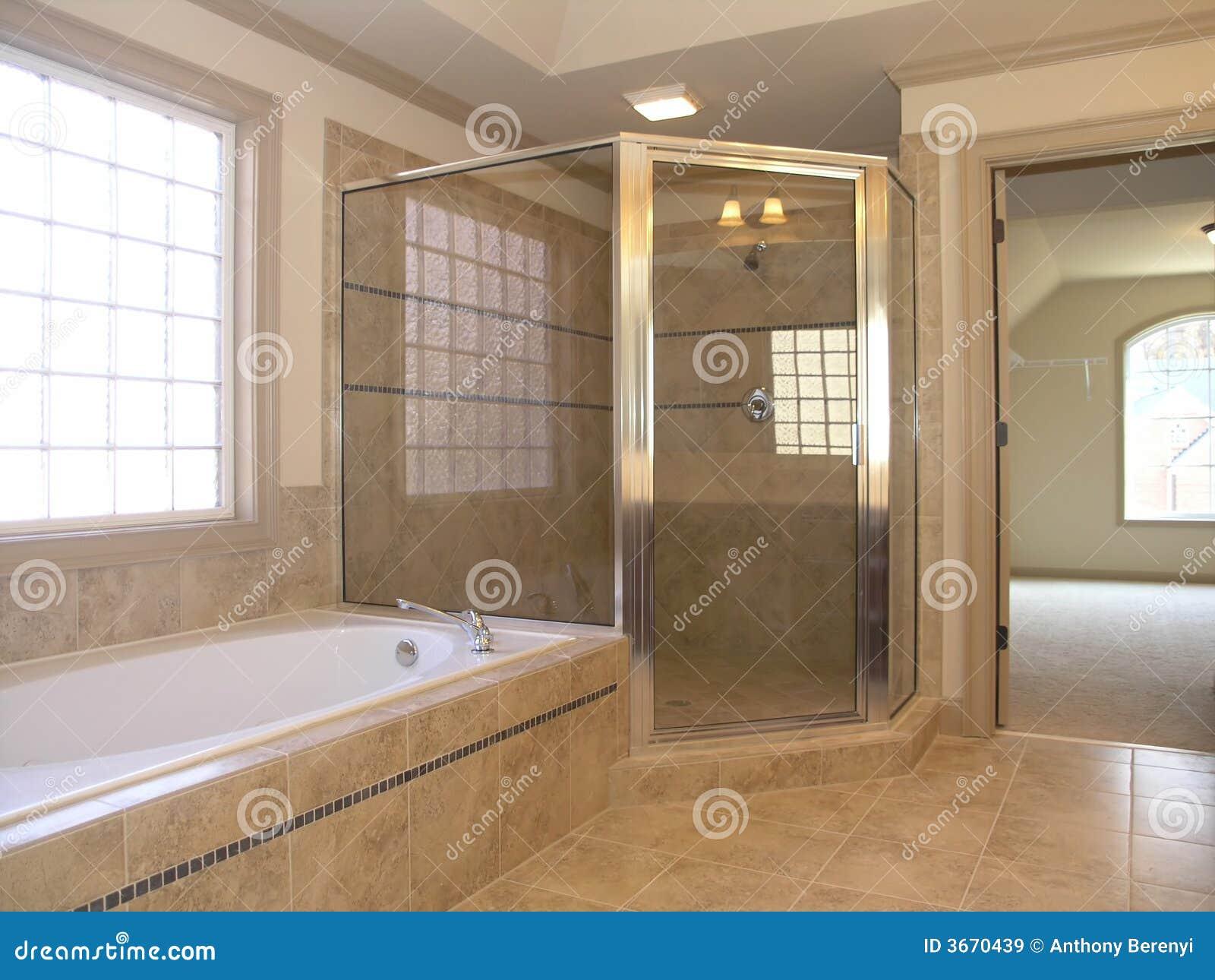 chuveiro luxuoso da cuba do banheiro imagens de stock. Black Bedroom Furniture Sets. Home Design Ideas