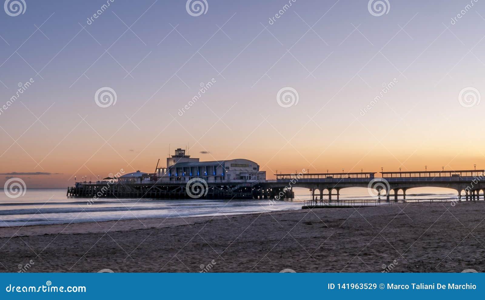 Chwalebnie zmierzch nad pięknym molem i piaskowatą plażą Bournemouth, Anglia
