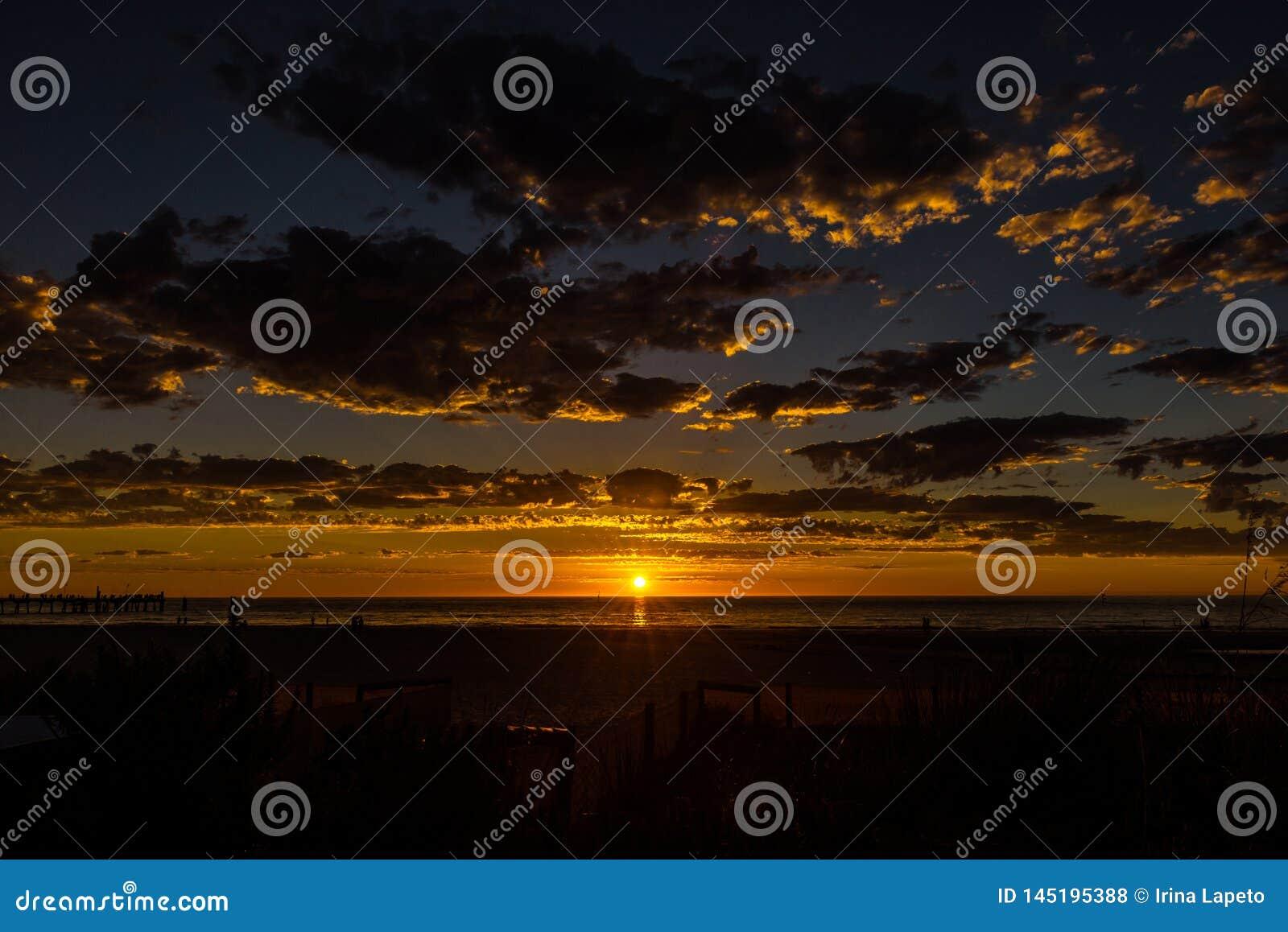 Chwalebnie zmierzchu seascape przy Glenelg plażą, Adelaide, Australia