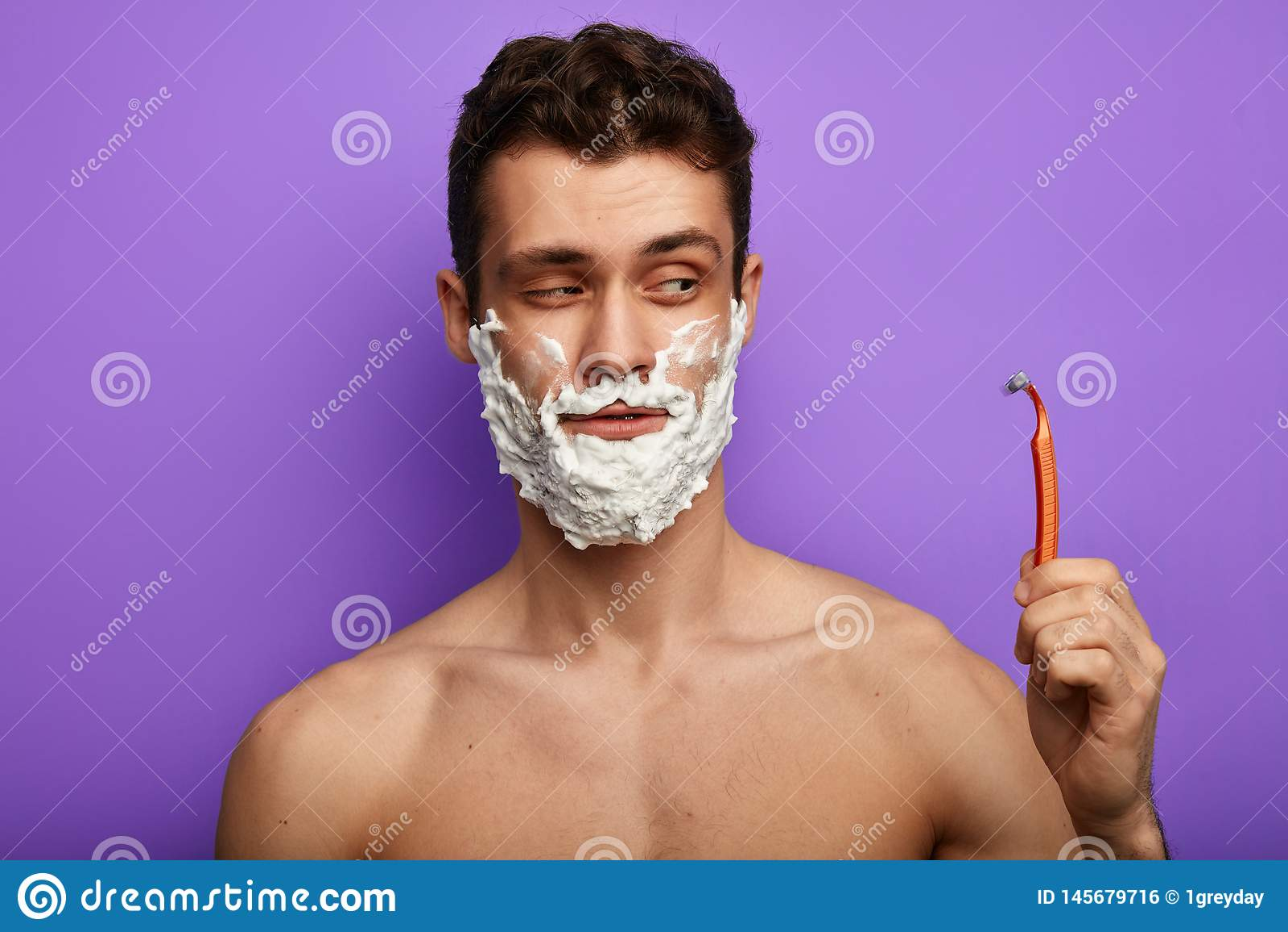 Chytry mężczyzna iść golić jego brodę