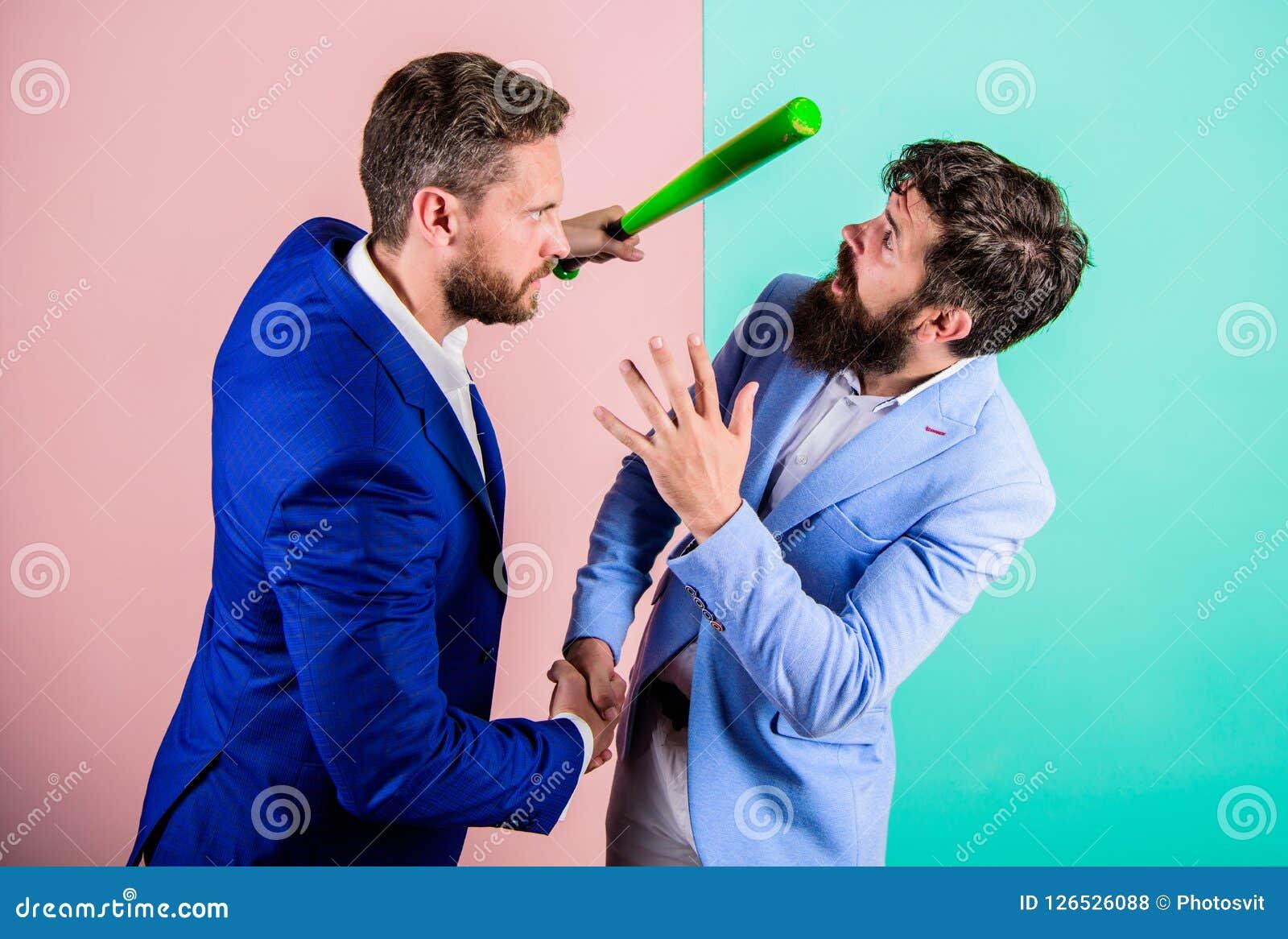 Chytry pierwsze wrażenie Zagrożenie z przemoc Chowany zagrożenia pojęcie Biznesmen podwyżki nietoperz podczas gdy trząść rękę