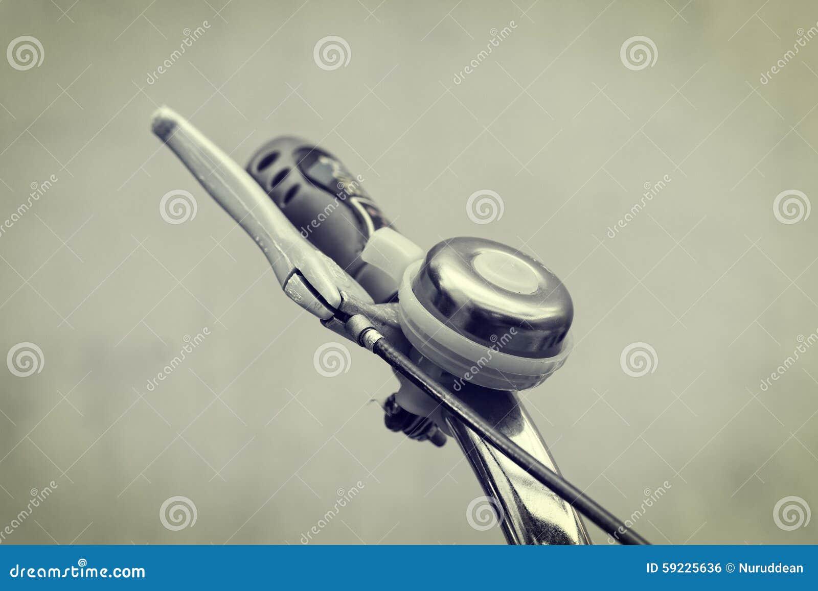 Download Ciérrese Encima De Campana De La Bicicleta En Los Manillares Foto de archivo - Imagen de manillares, mano: 59225636