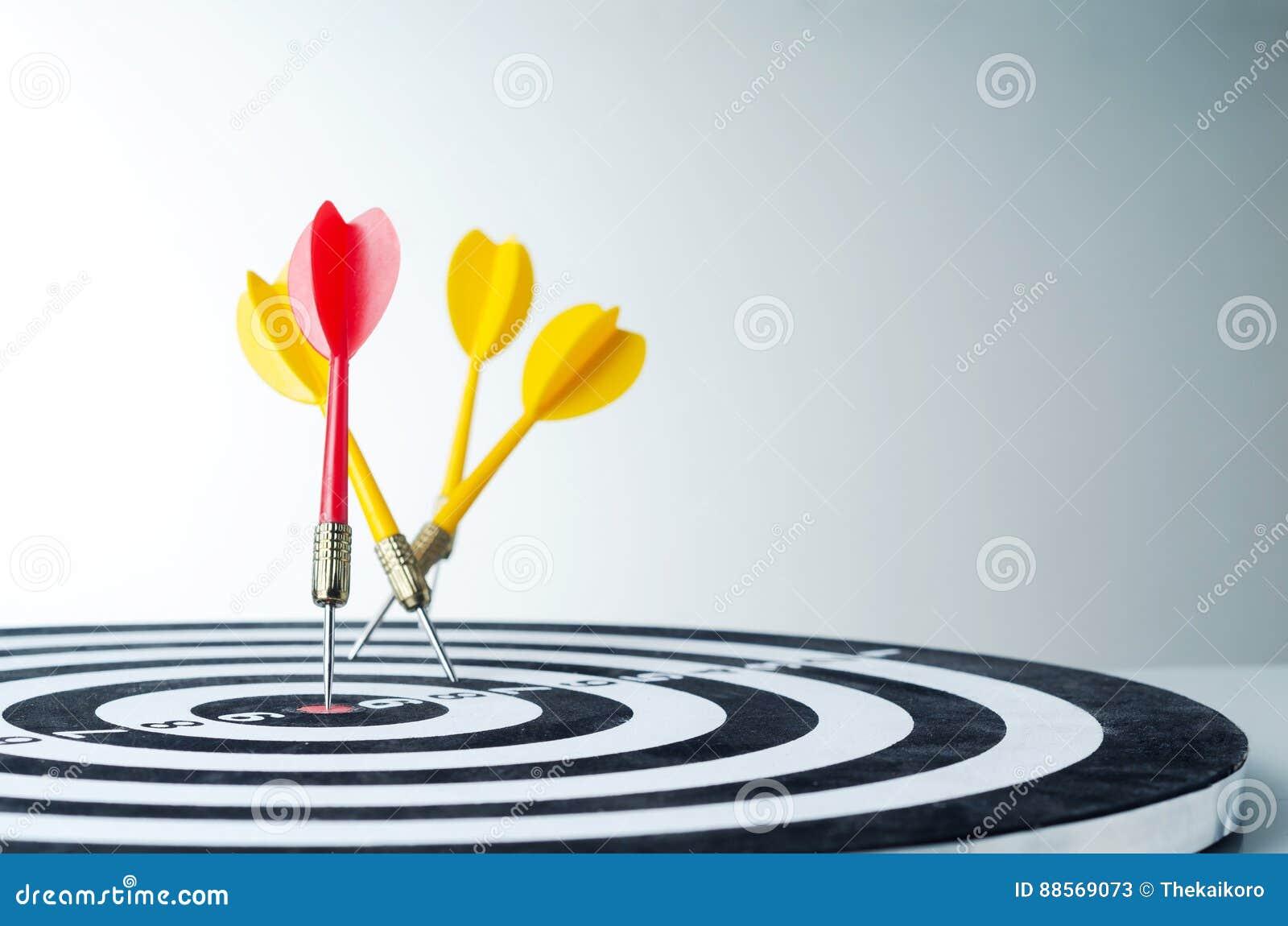 Ciérrese encima de flecha roja del dardo del tiro en el centro de la diana y amarillee a