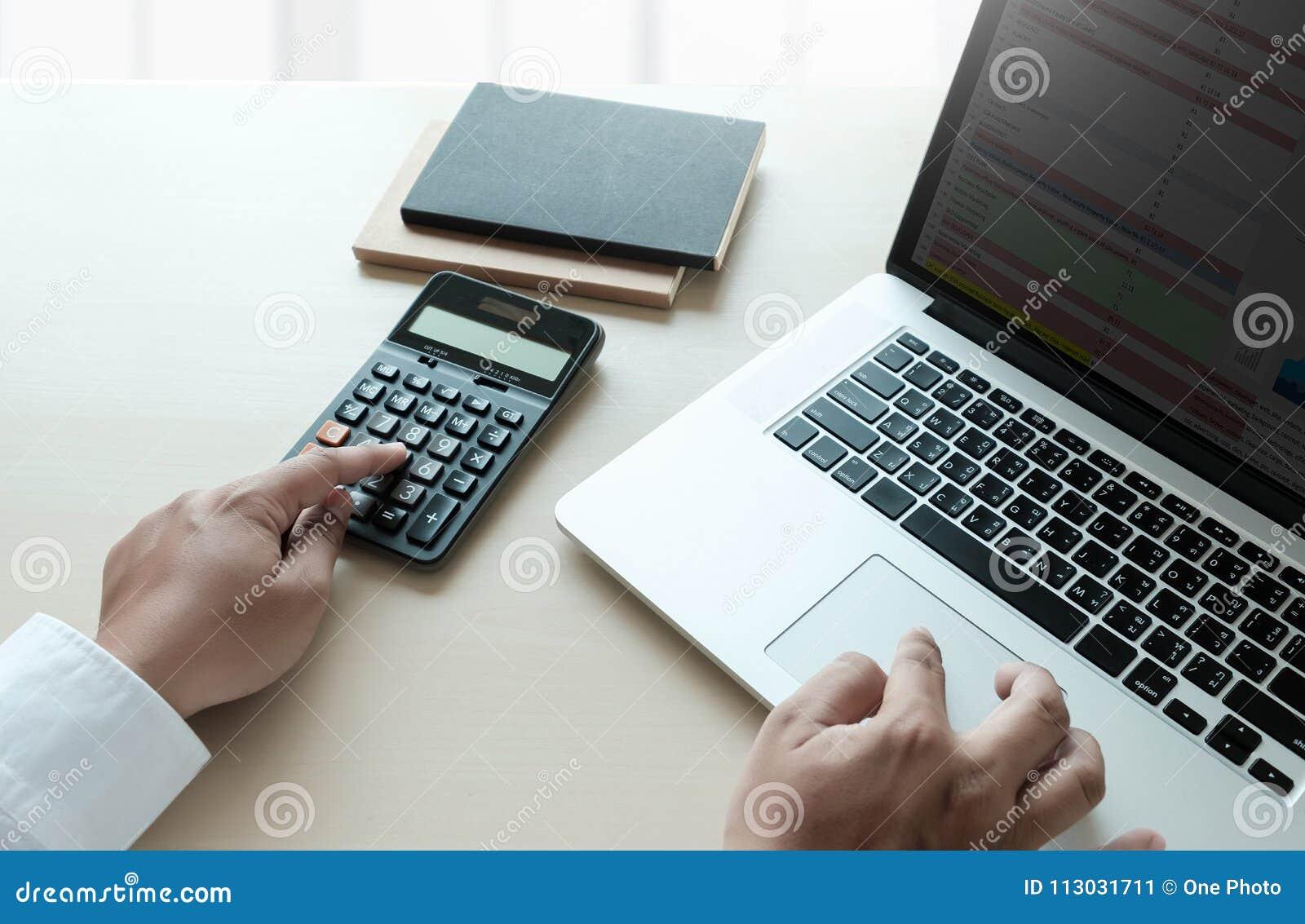 Ciérrese encima de hombre de negocios usando la calculadora en los documentos Unrecognizabl